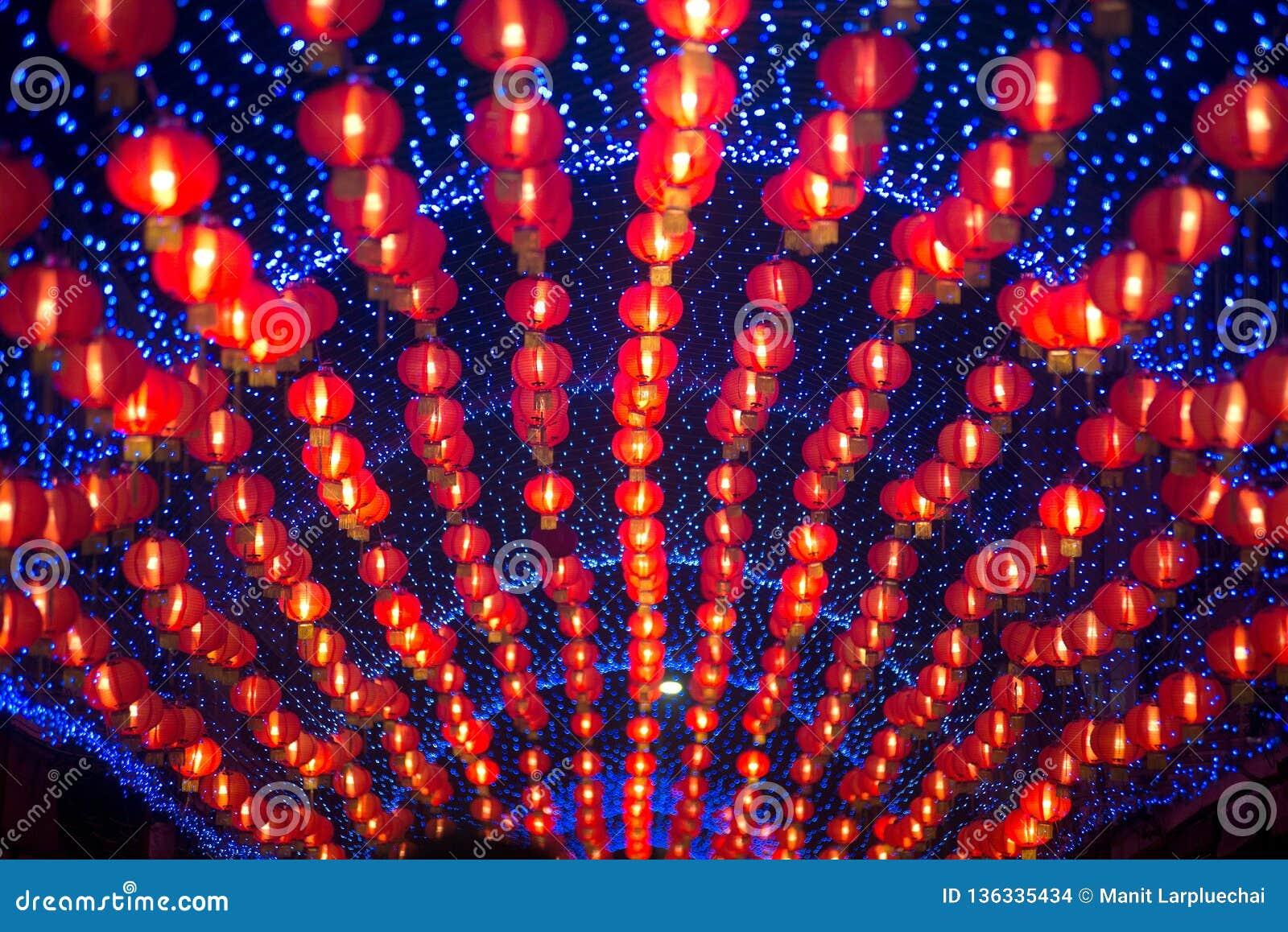 在农历新年庆祝装饰的夜景红色comp灯灯笼中国风格垂悬在泰国