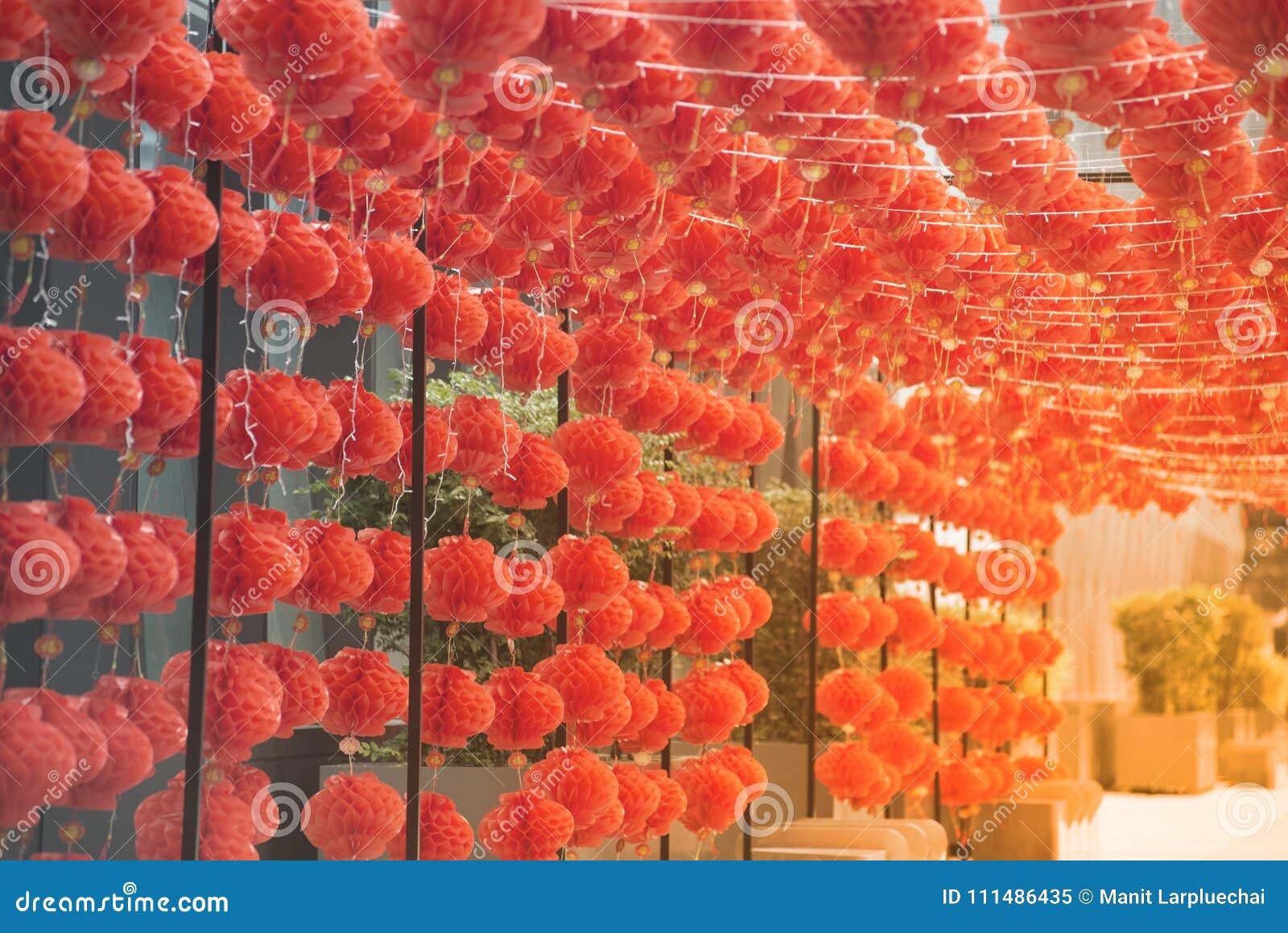 在农历新年节日装饰的红色comp灯灯笼中国式垂悬