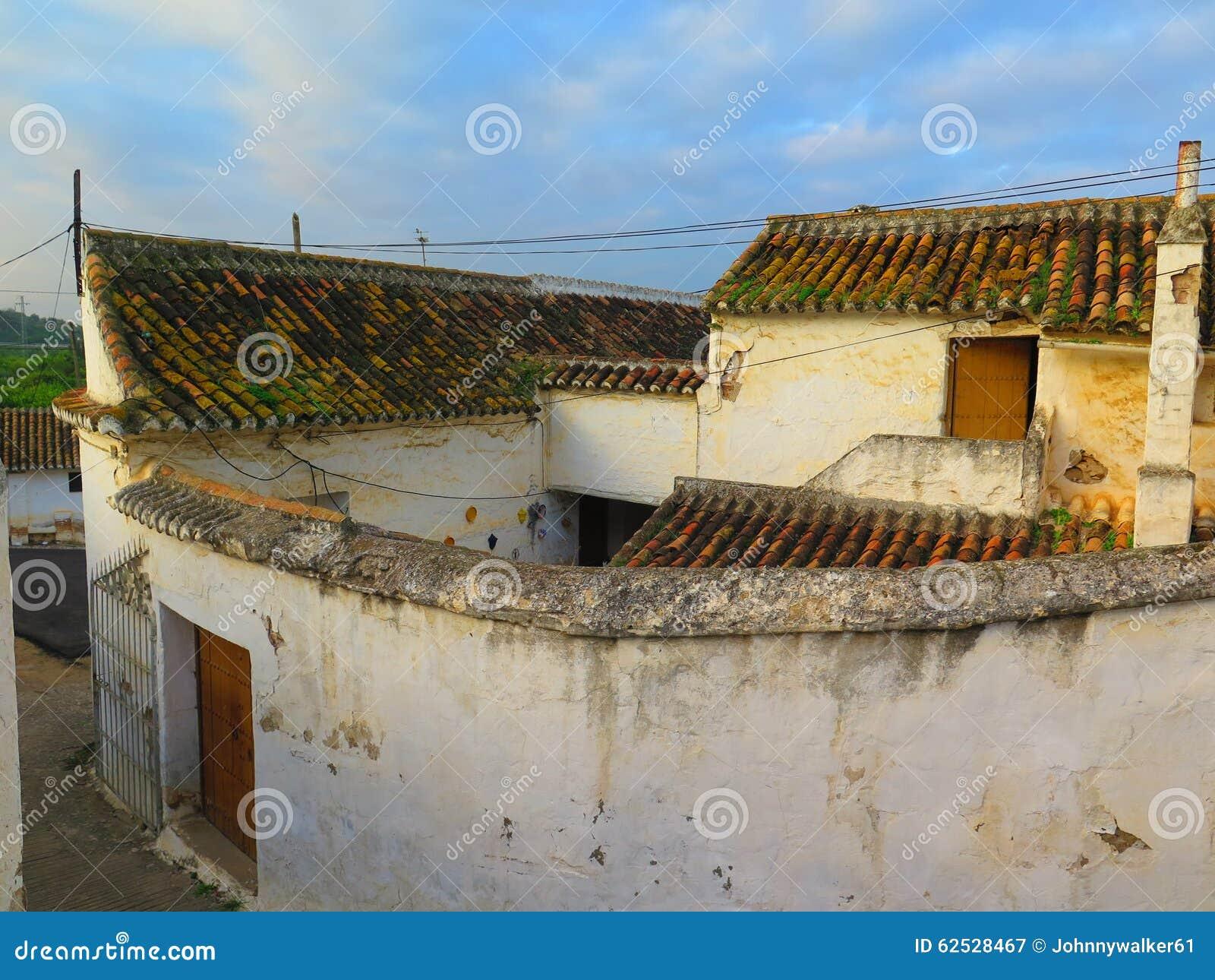 在农舍的阿拉伯样式屋顶