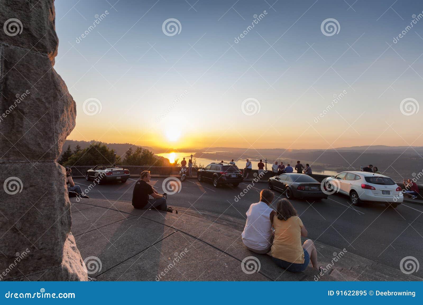 在冠的观看的日落指向` s景色议院哥伦比亚河峡谷
