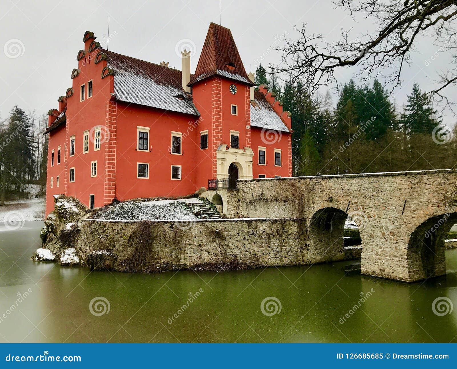 在冬天期间,与一条桥梁和冻护城河的美丽的大别墅