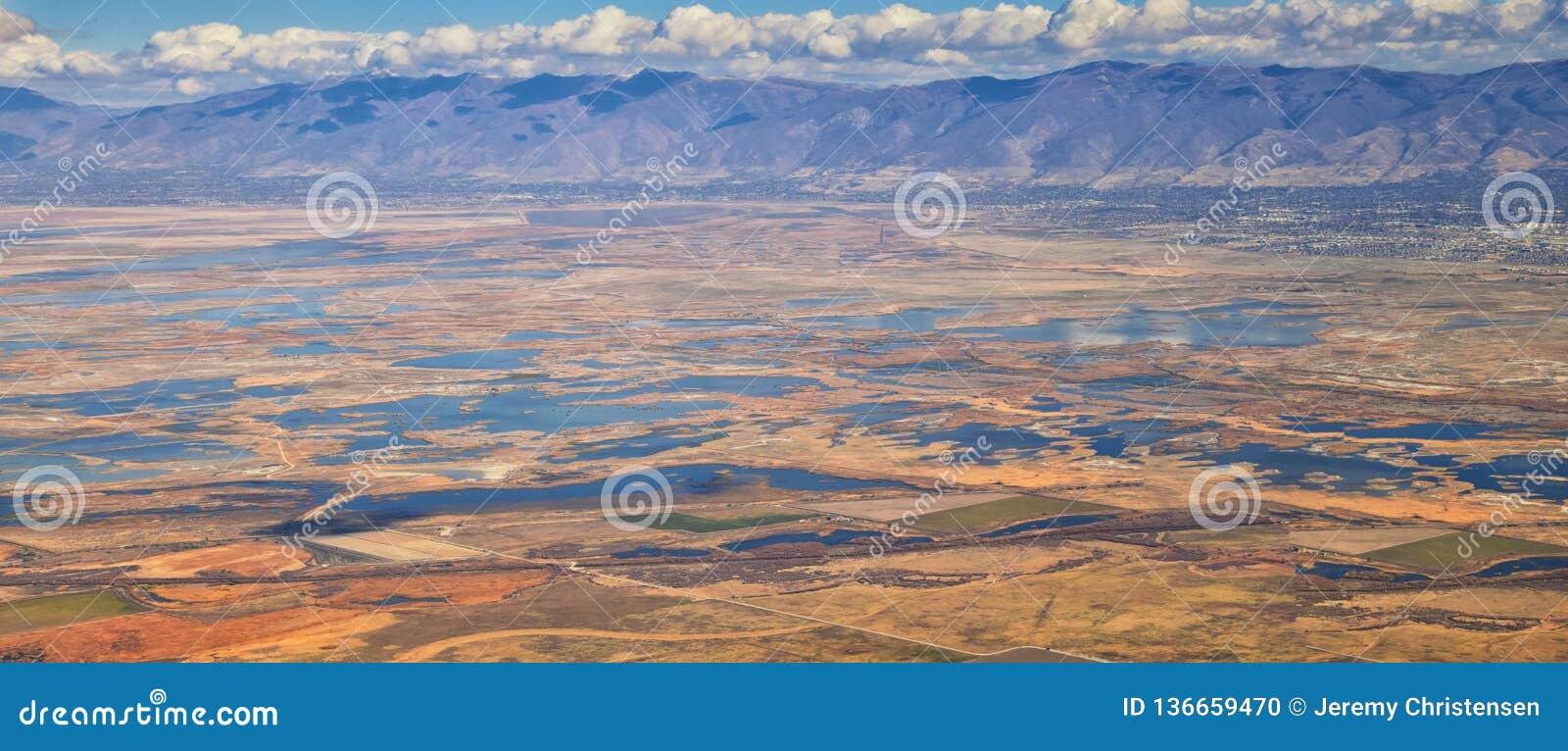 在冬天期间,Wasatch前面在飞行的落矶山脉风景鸟瞰图在科罗拉多和犹他 在t附近的盛大详尽的看法