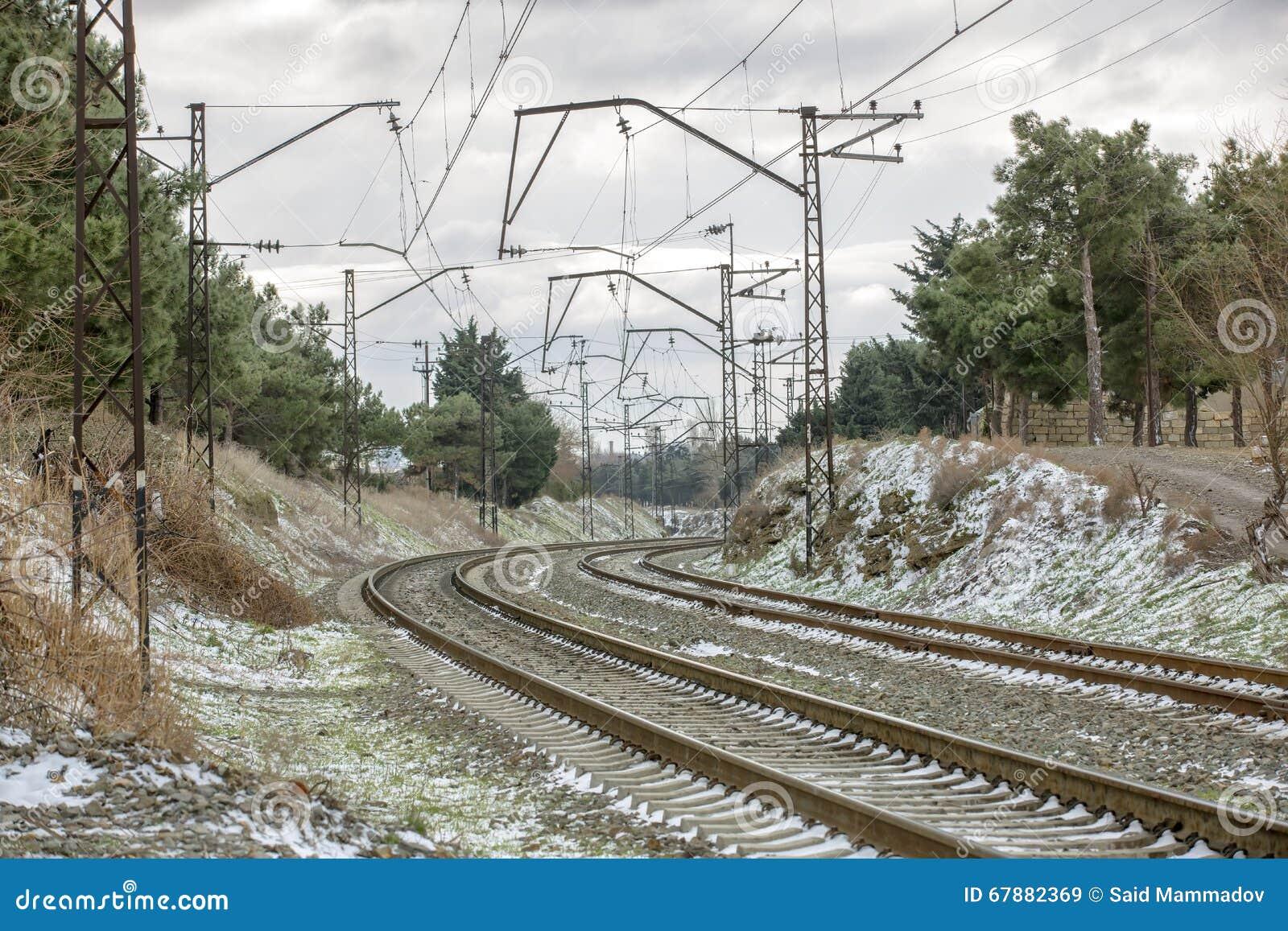 在冬天雪的火车轨道,在一个火车站附近