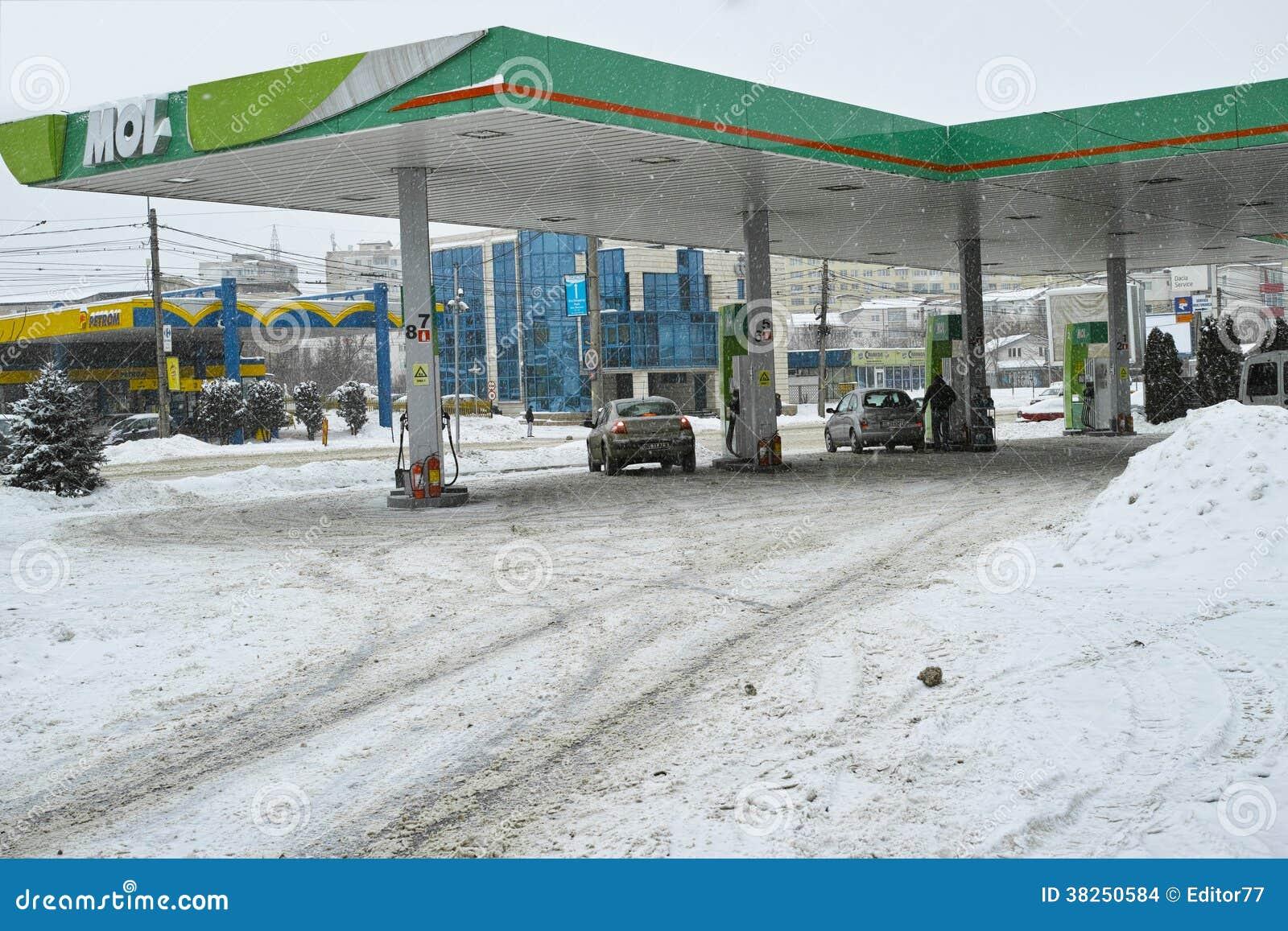 在冬时的加油站