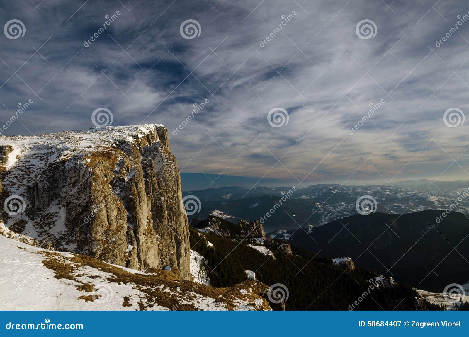 Download 在冬时的山风景在Carphatians 库存图片. 图片 包括有 云彩, 结构树, 登山人, 本质, ,并且 - 50684407