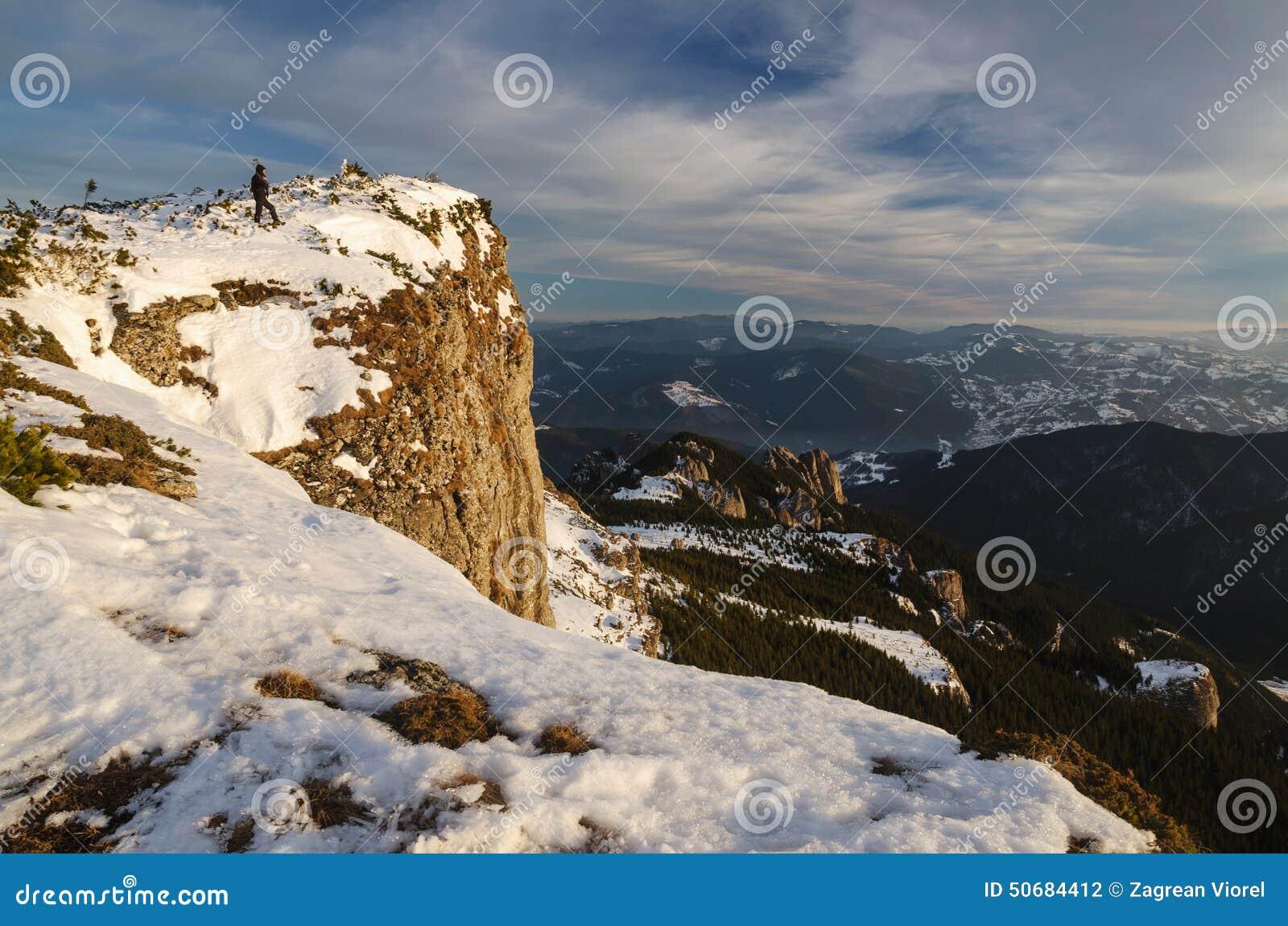 Download 在冬时的山风景在Carphatians 库存照片. 图片 包括有 云彩, 滑雪, 峰顶, 日出, 全景, 横向 - 50684412