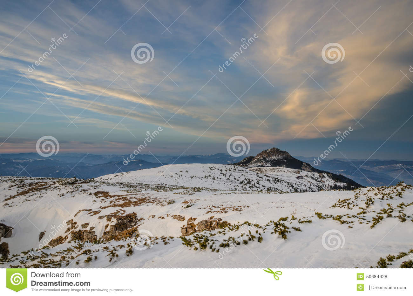 Download 在冬时的山风景在Carphatians 库存照片. 图片 包括有 云彩, beautifuler, 的treadled - 50684428