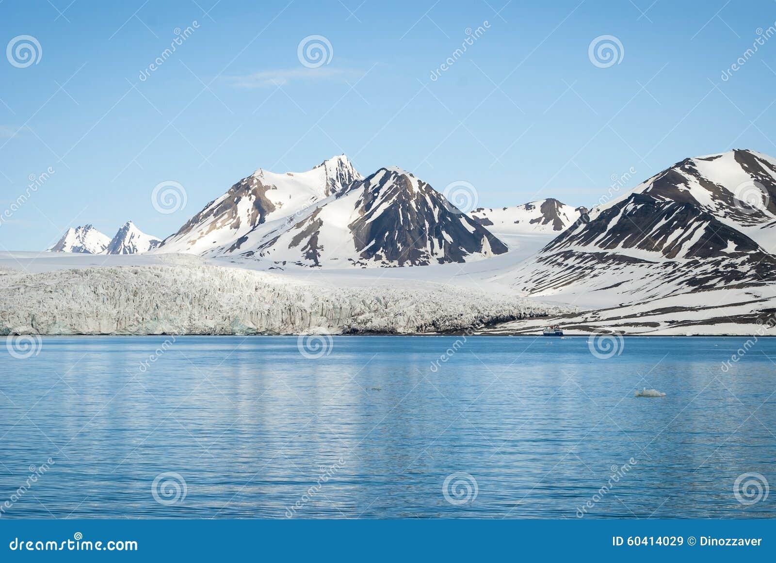 在冰川前面的帆船在斯瓦尔巴特群岛,北极