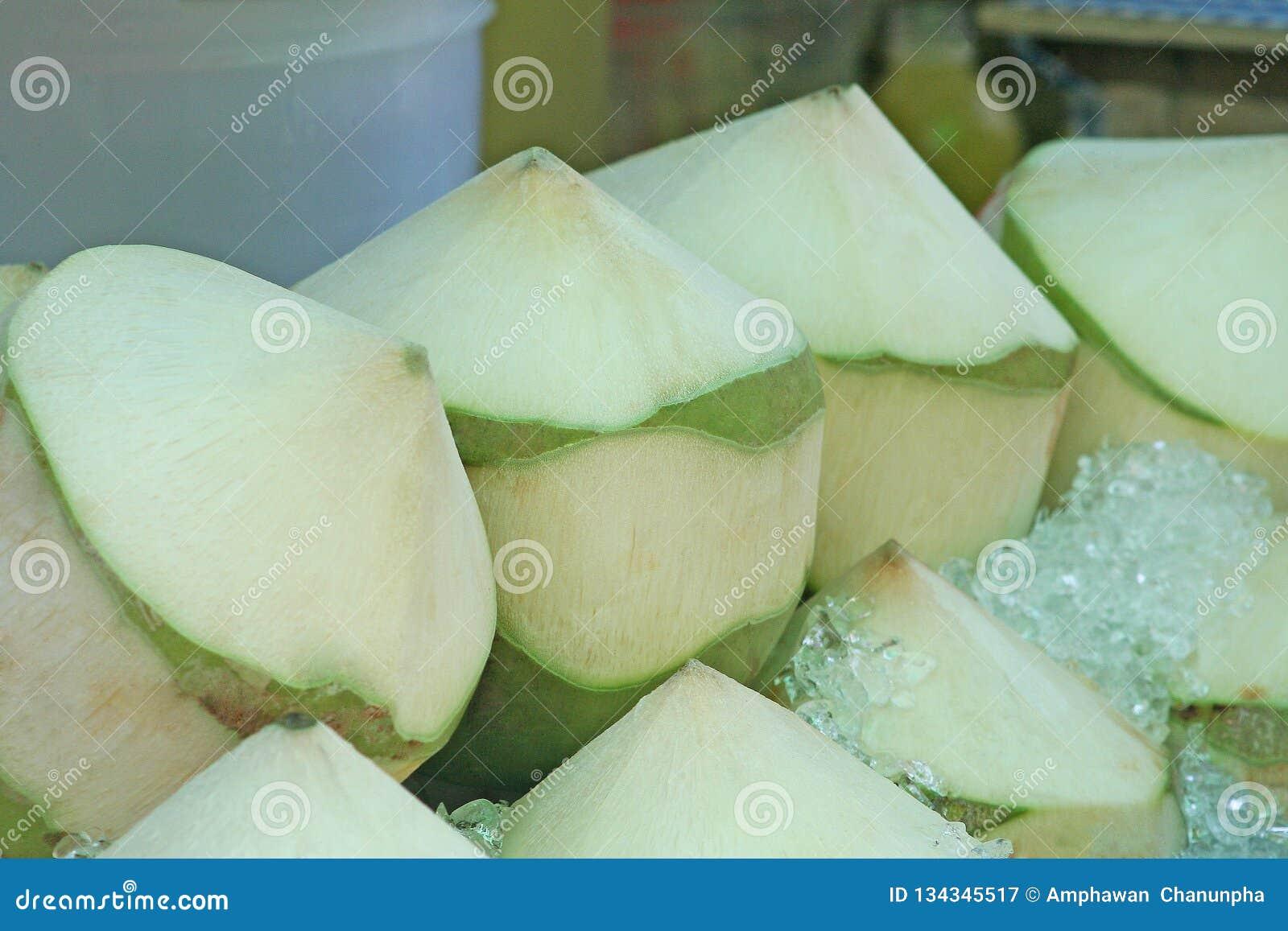 在冰桶的新鲜的椰子