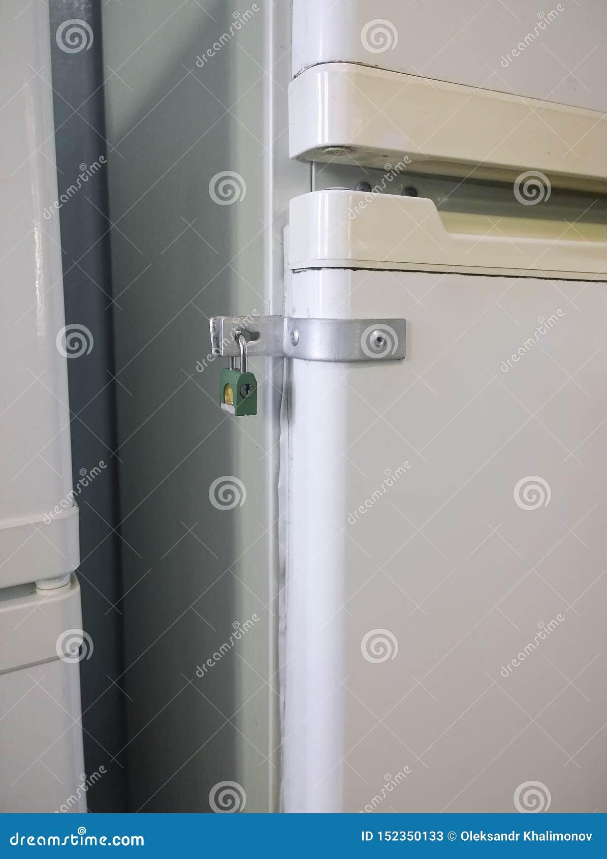 在冰箱的食物被锁