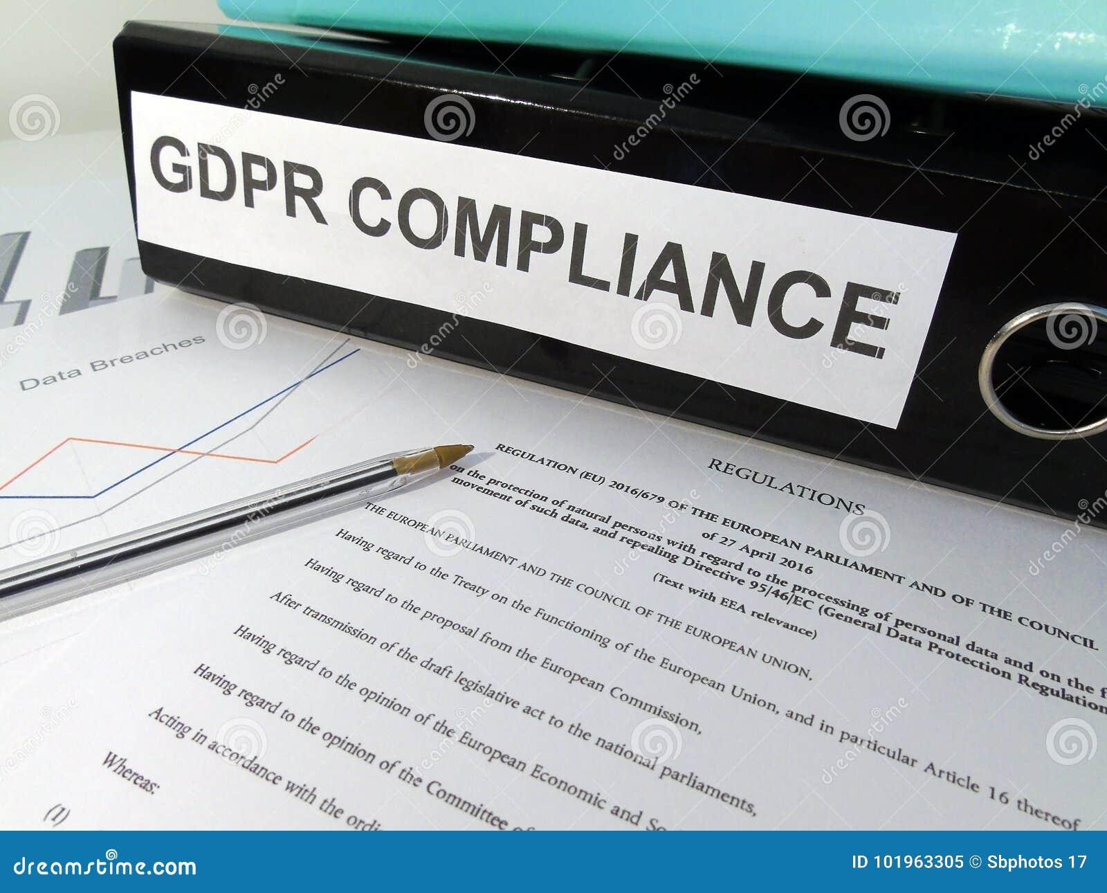 在凌乱的书桌上的一般数据保护章程GDPR服从杠杆曲拱文件夹