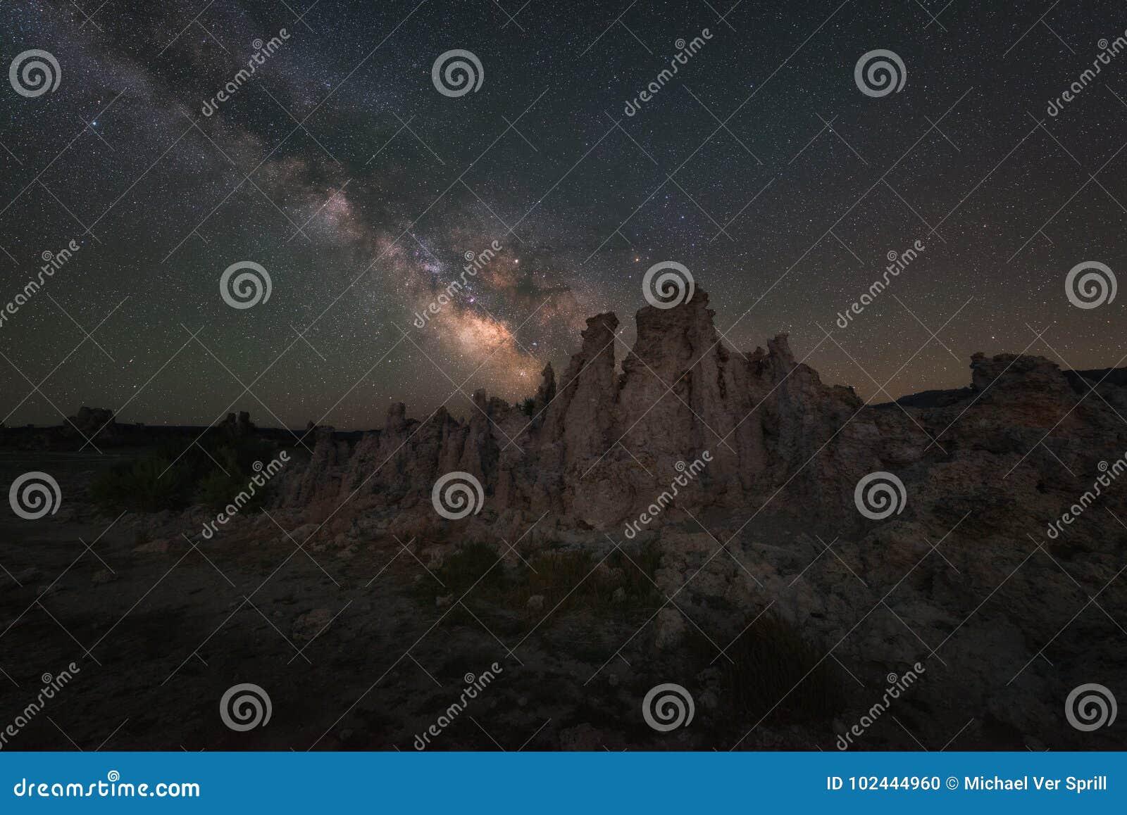 在凝灰岩后的银河星系在莫诺湖