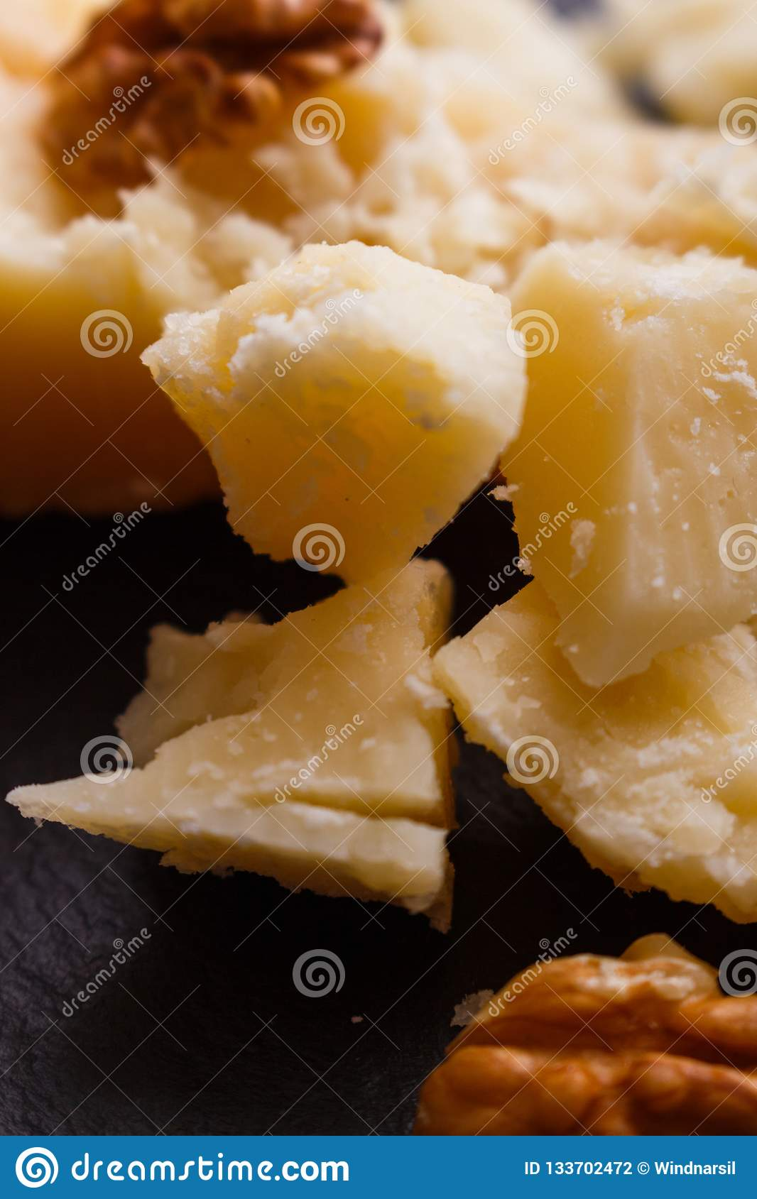 在切委员会的板岩石头的芬芳巴马干酪