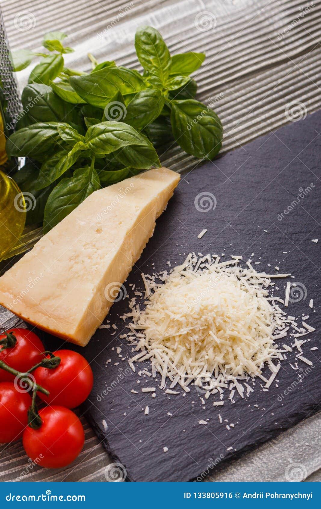 在切委员会的板岩石头的芬芳被磨碎的巴马干酪