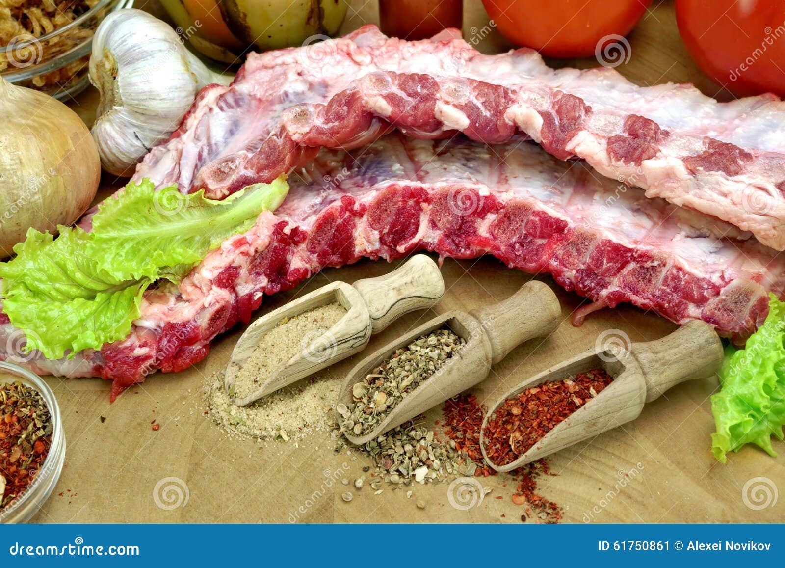 在切板的未加工的猪肉婴孩后面肋骨