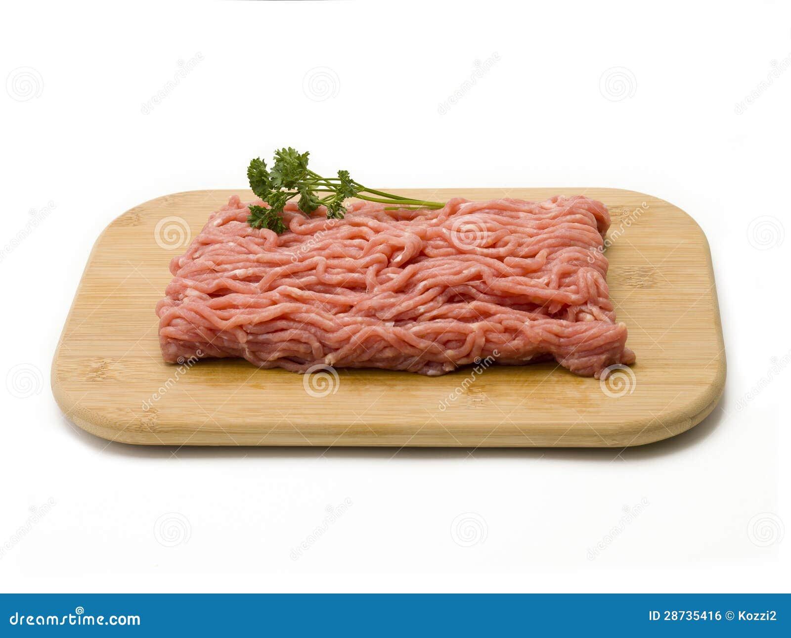 在切板的未加工的绞细牛肉