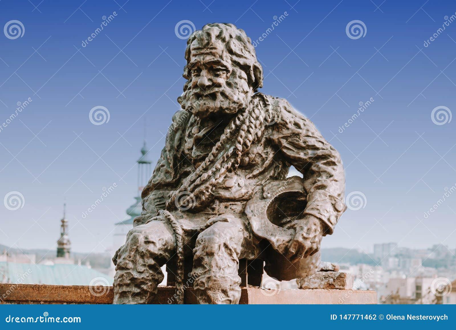 在利沃夫州,乌克兰雕刻在传奇议院的屋顶的一个扫烟囱的人  Lvov是游人的最有吸引力的城市