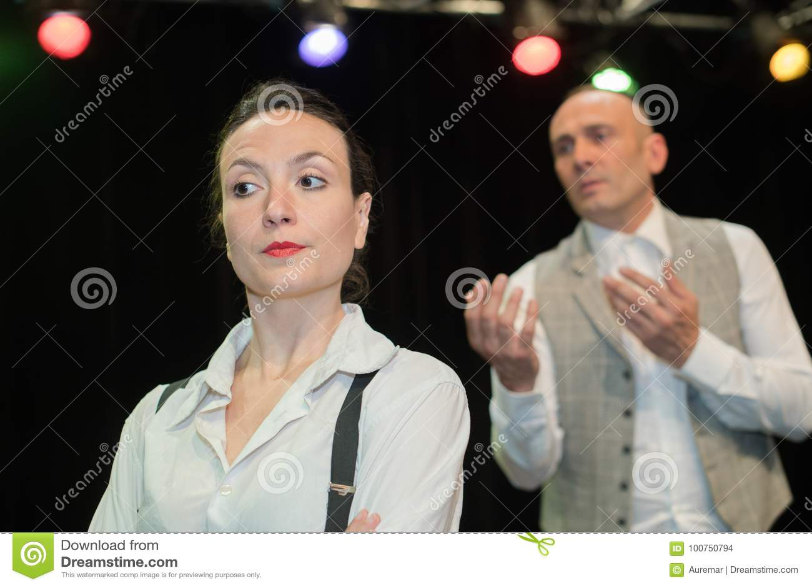在剧院戏剧期间的演员