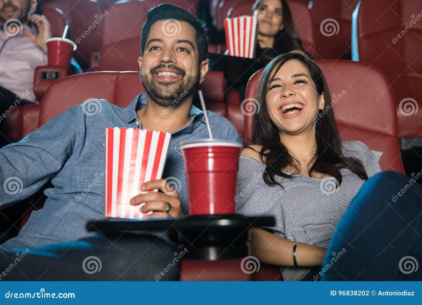 在剧院的夫妇观看的喜剧