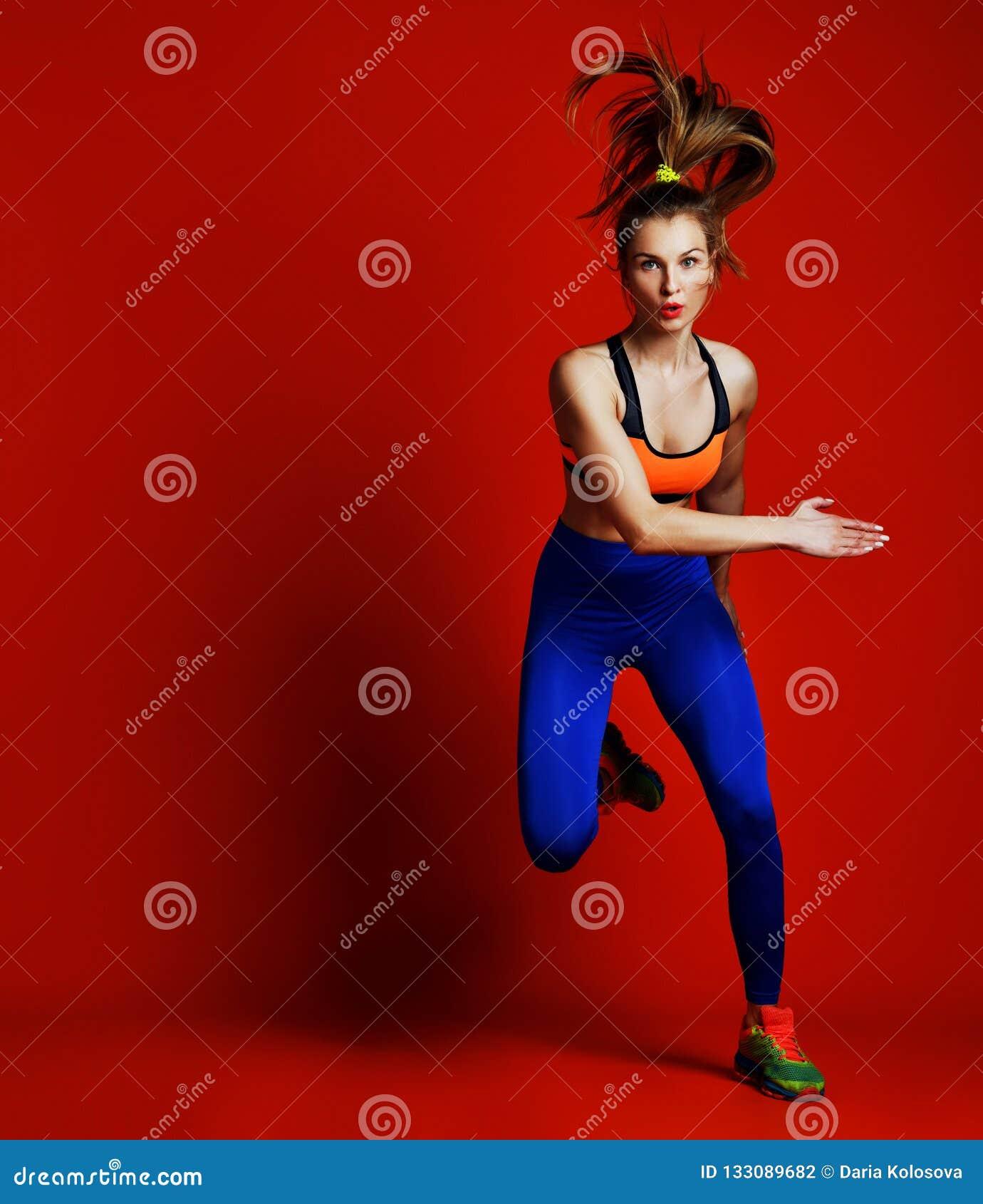 在剪影的少女赛跑者在白色背景 动态运动 体育运动和健康生活方式