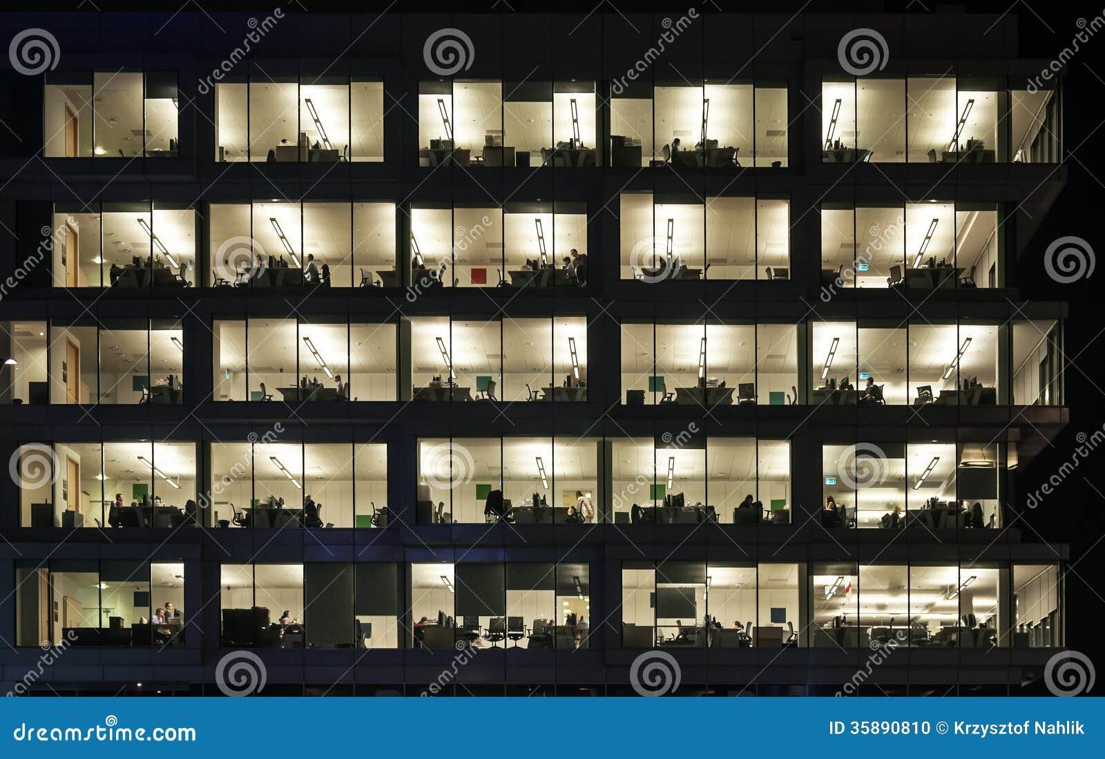 在办公大楼的夜班