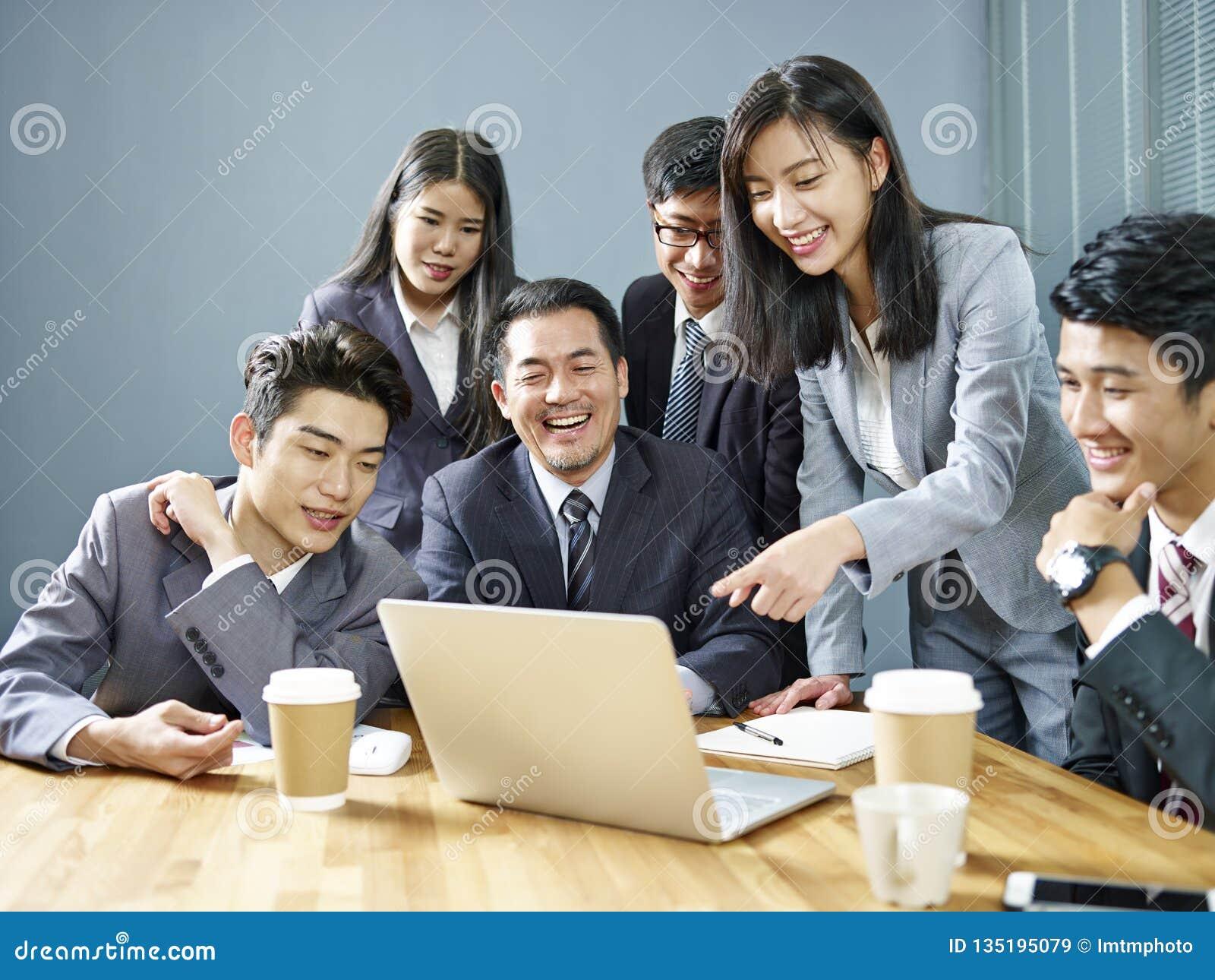 在办公室的亚裔商人队