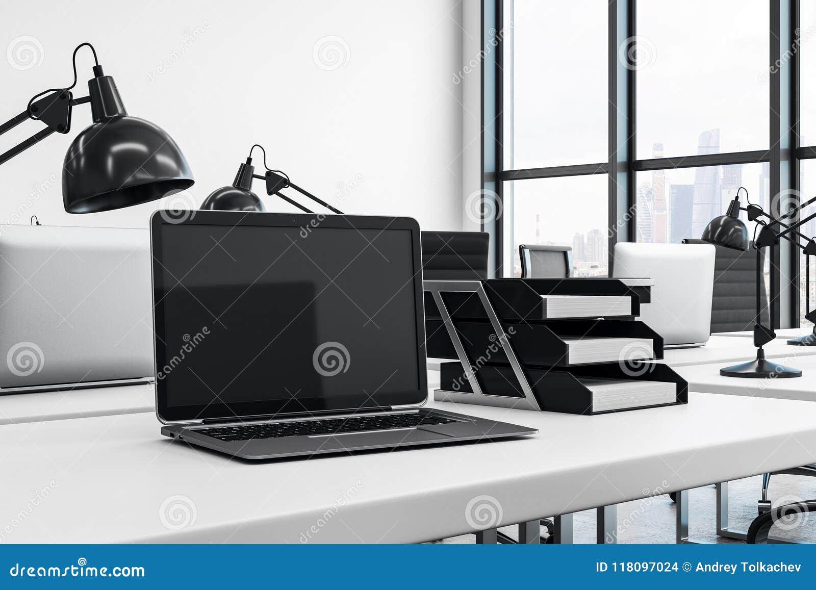 在办公桌上的笔记本