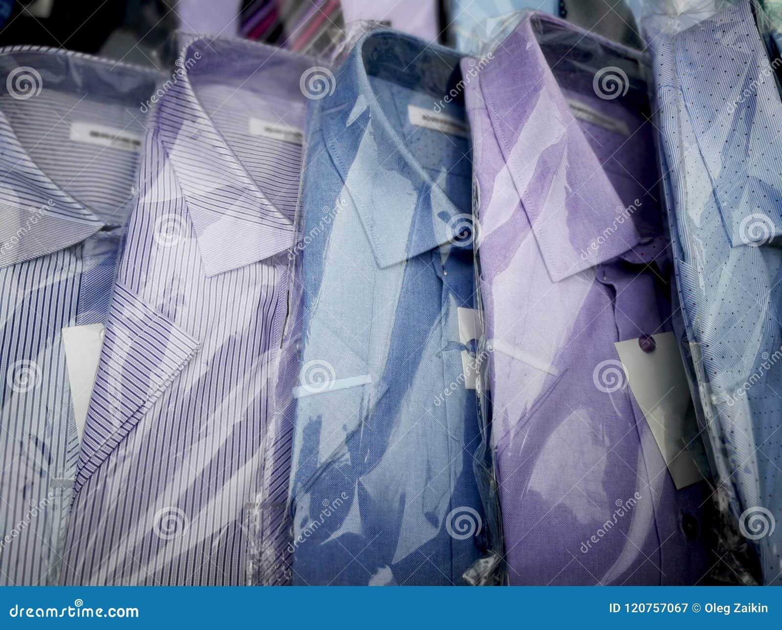 在包裹的衬衣在陈列橱