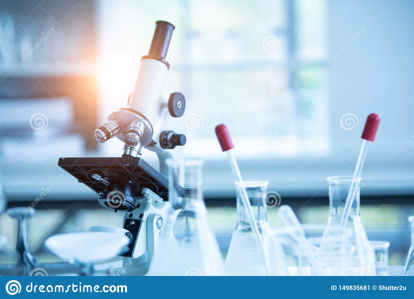 在化学生物实验室测试科学研究与开发和医疗保健概念背景的医学实验室显微镜