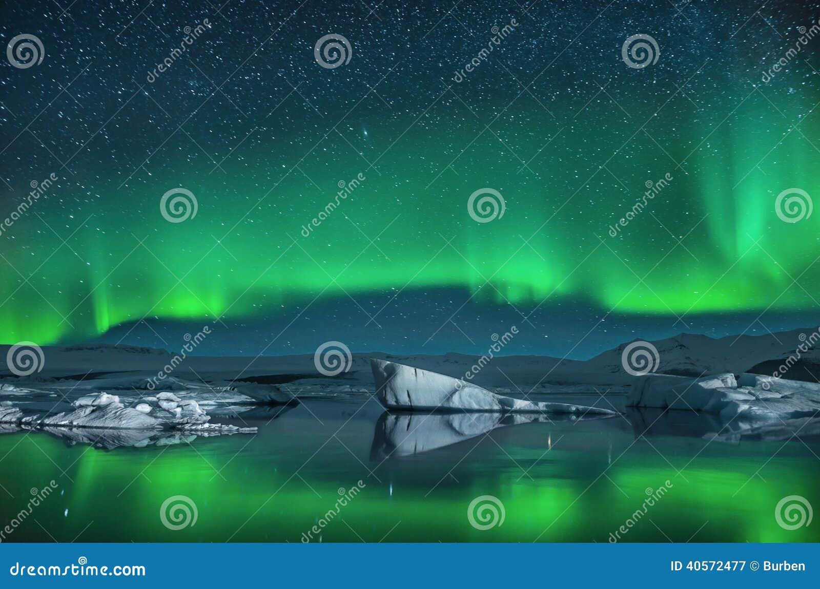 在北极光下的冰山
