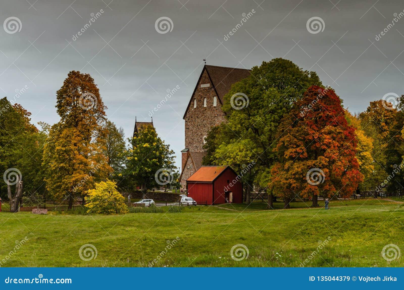 在北欧海盗掩埋处的五颜六色的秋天在老乌普萨拉,瑞典