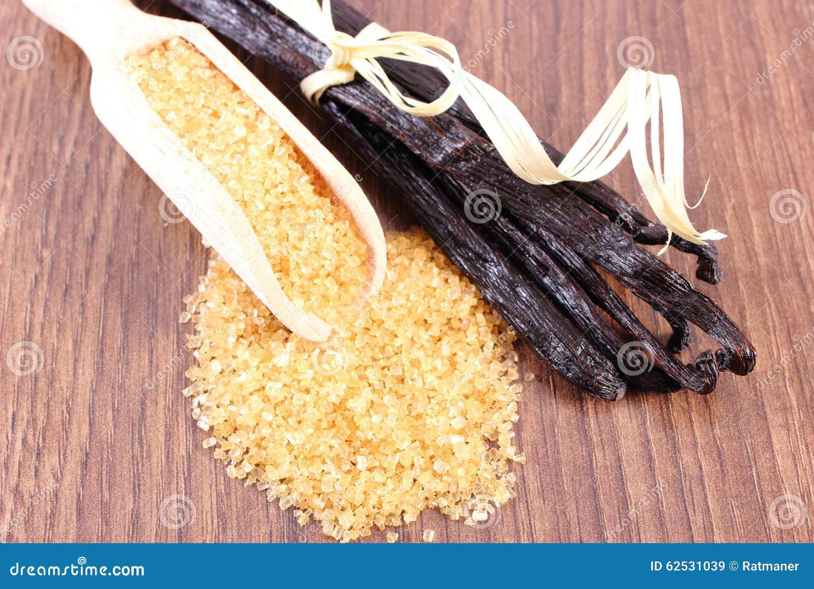 在匙子和芬芳香草的甘蔗在木表面板条黏附