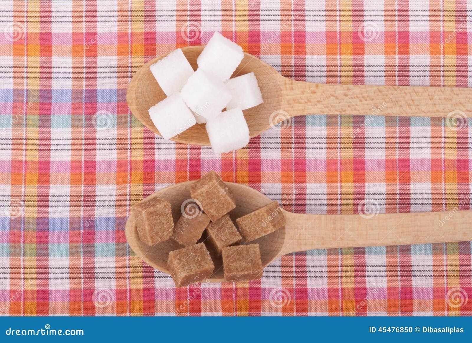 在匙子的精制糖