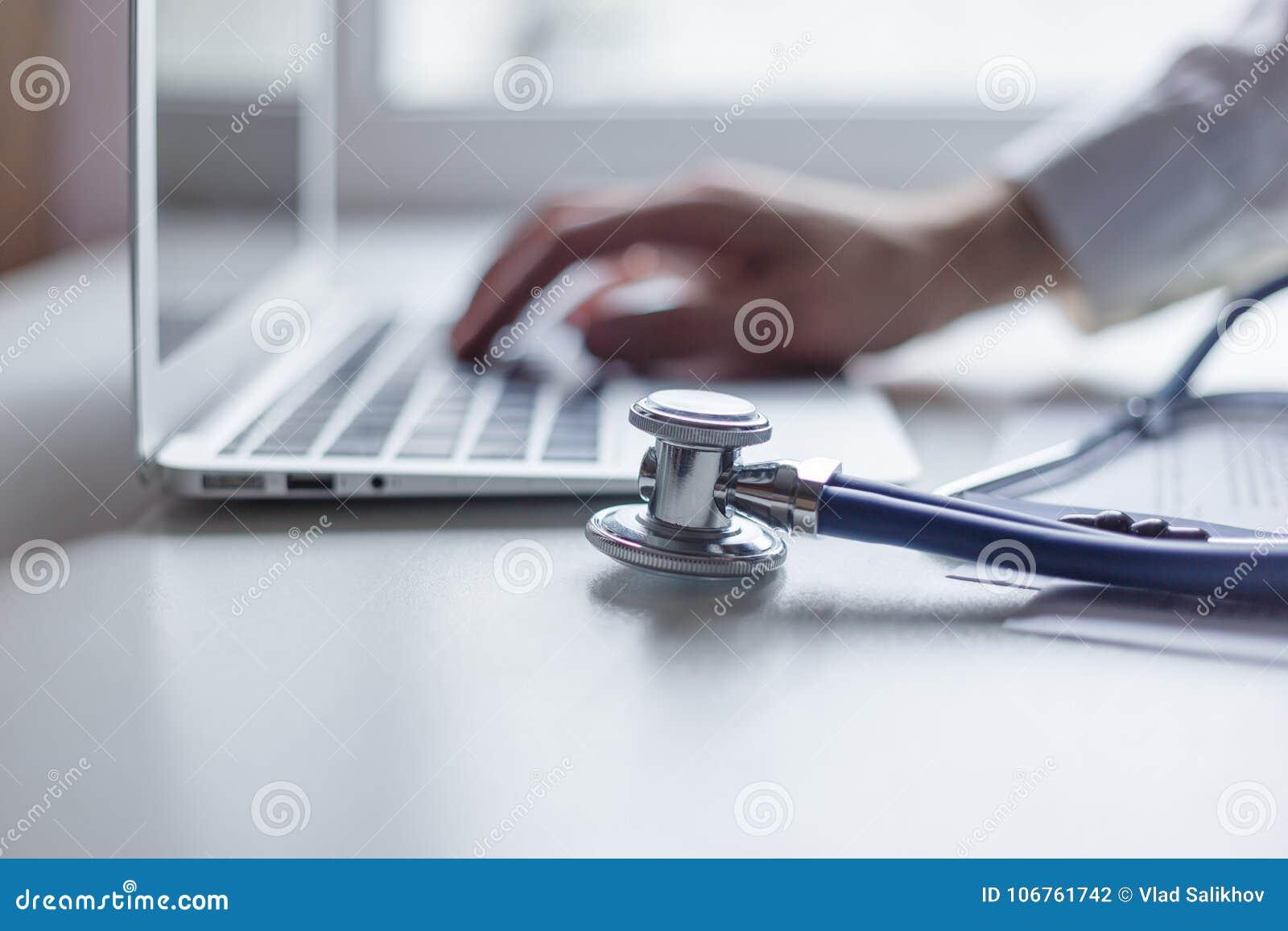 在医疗工作区办公室篡改与便携式计算机一起使用 在听诊器的焦点