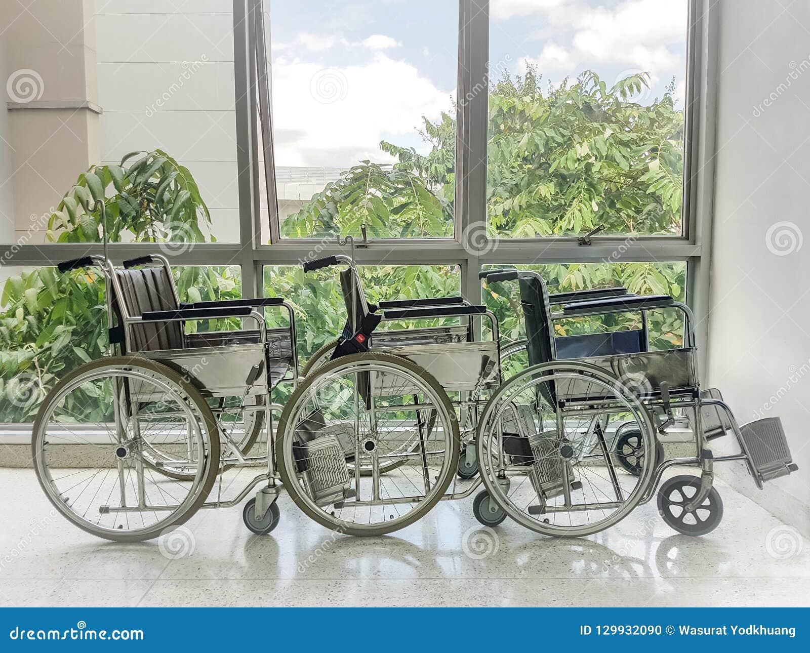 在医院窗口前面停放的空的轮椅
