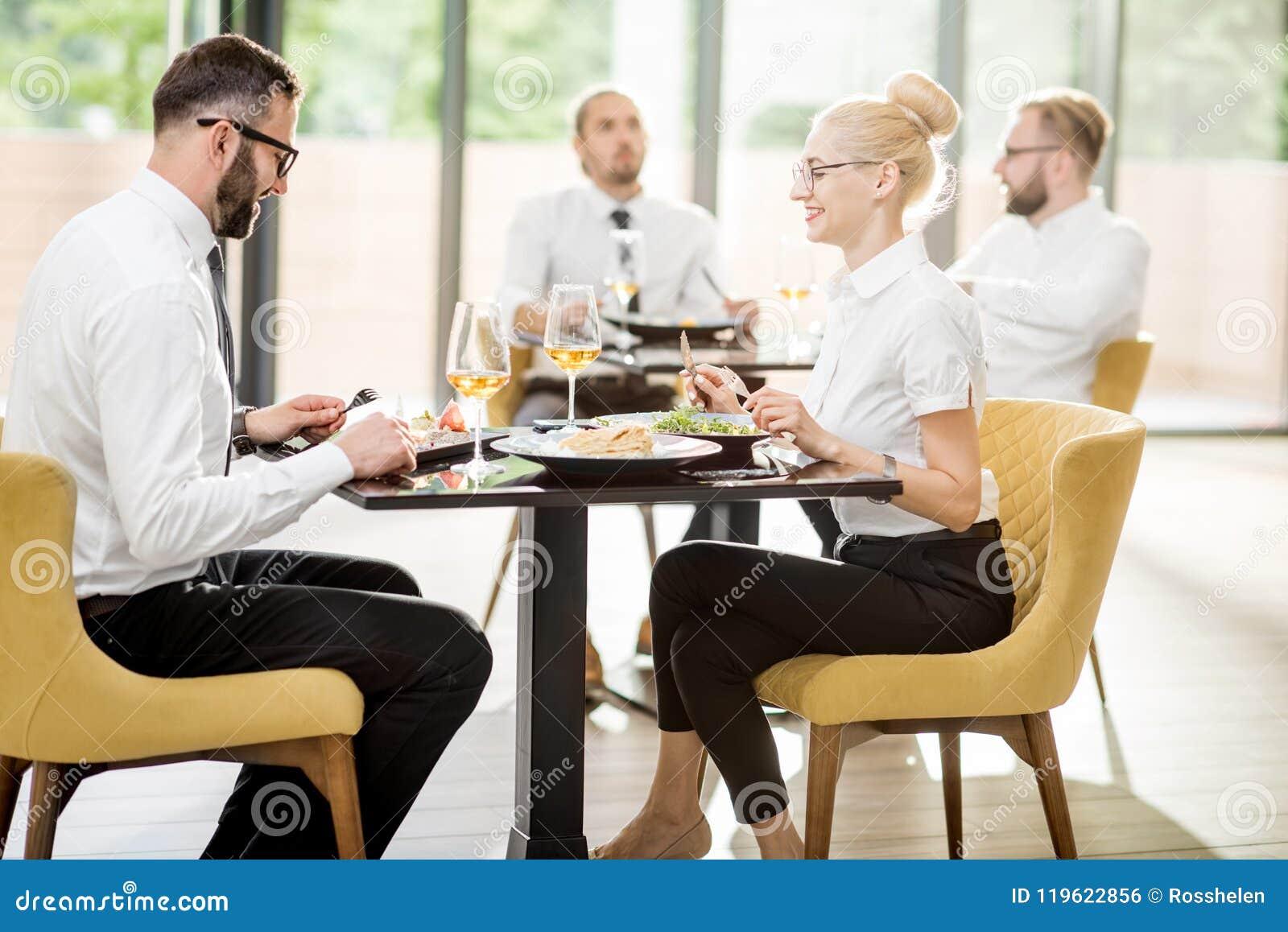 在午餐期间的商人在餐馆