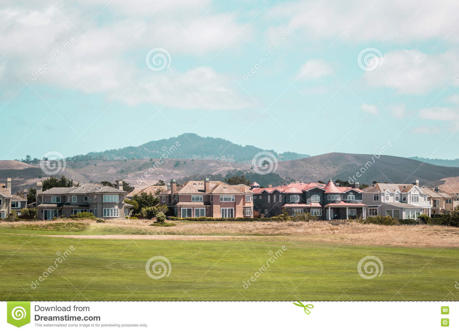在半月湾附近的议院在加利福尼亚