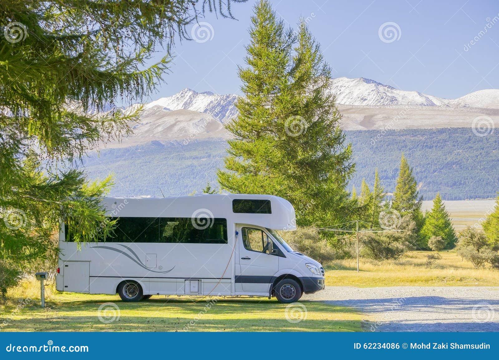 在南岛,新西兰的汽车有蓬卡车