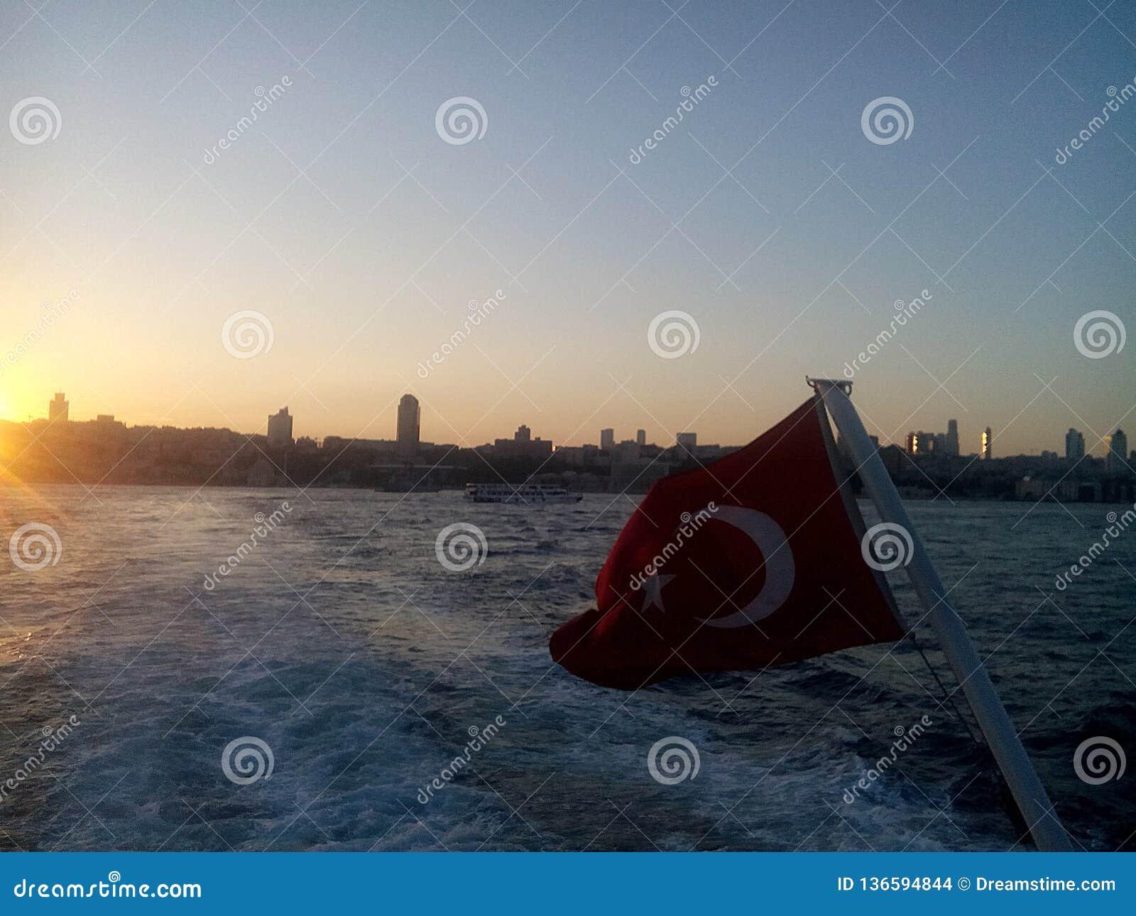 在博斯普鲁斯海峡的土耳其旗子