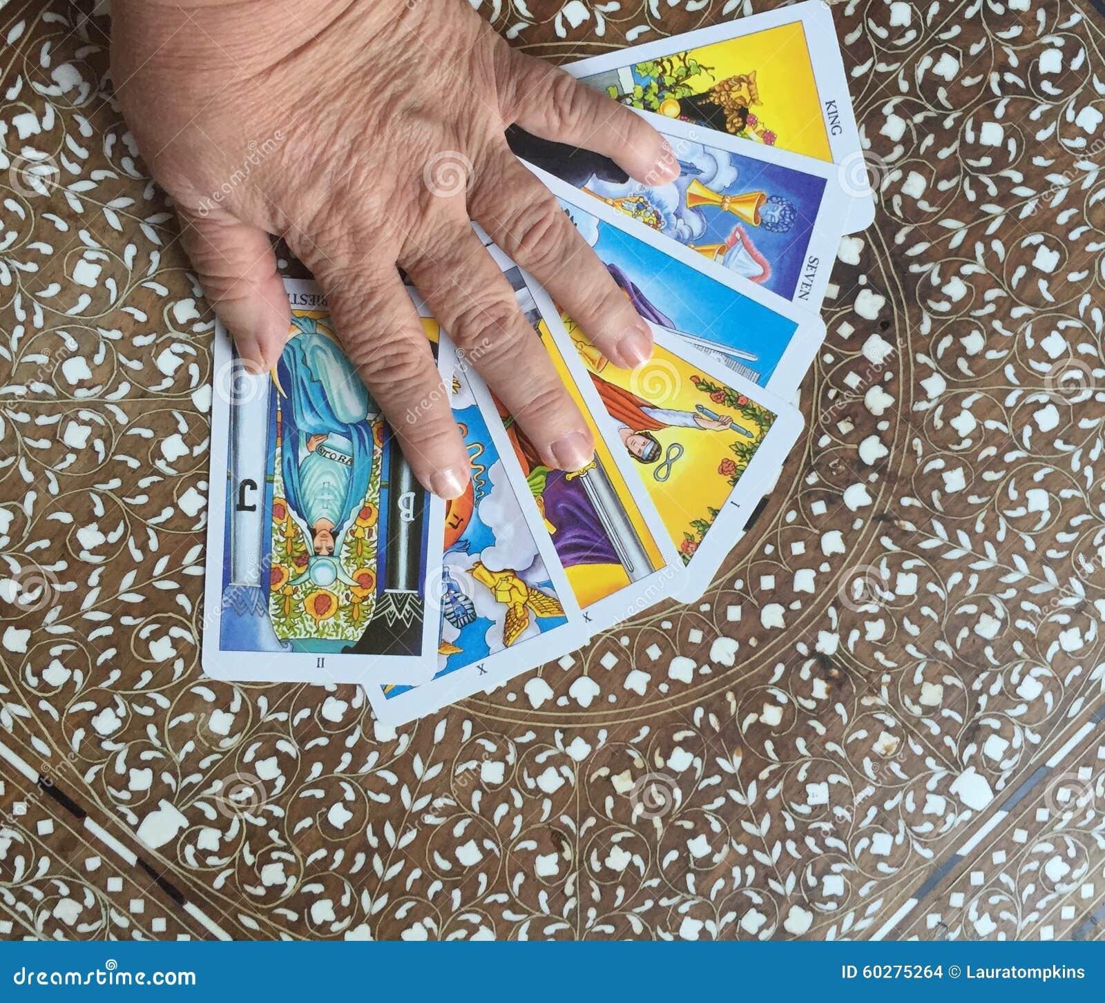 在占卜用的纸牌的手