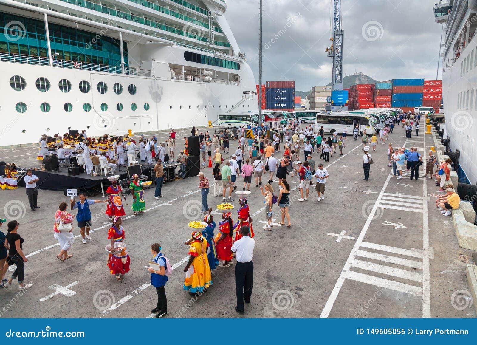 在卡塔赫钠港的热烈欢迎,游轮客人下船
