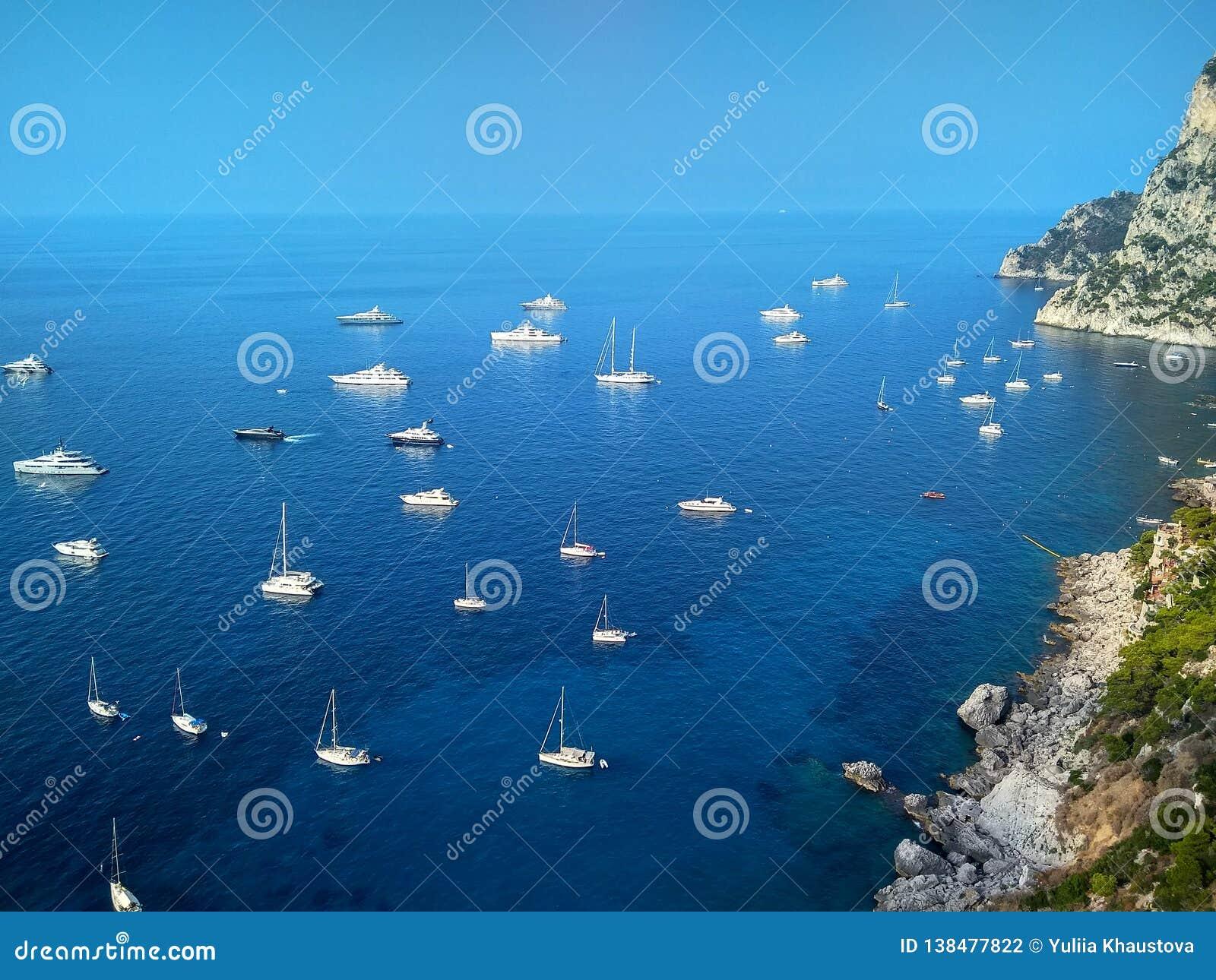 在卡普里海岛上的美丽的峭壁在陆间海