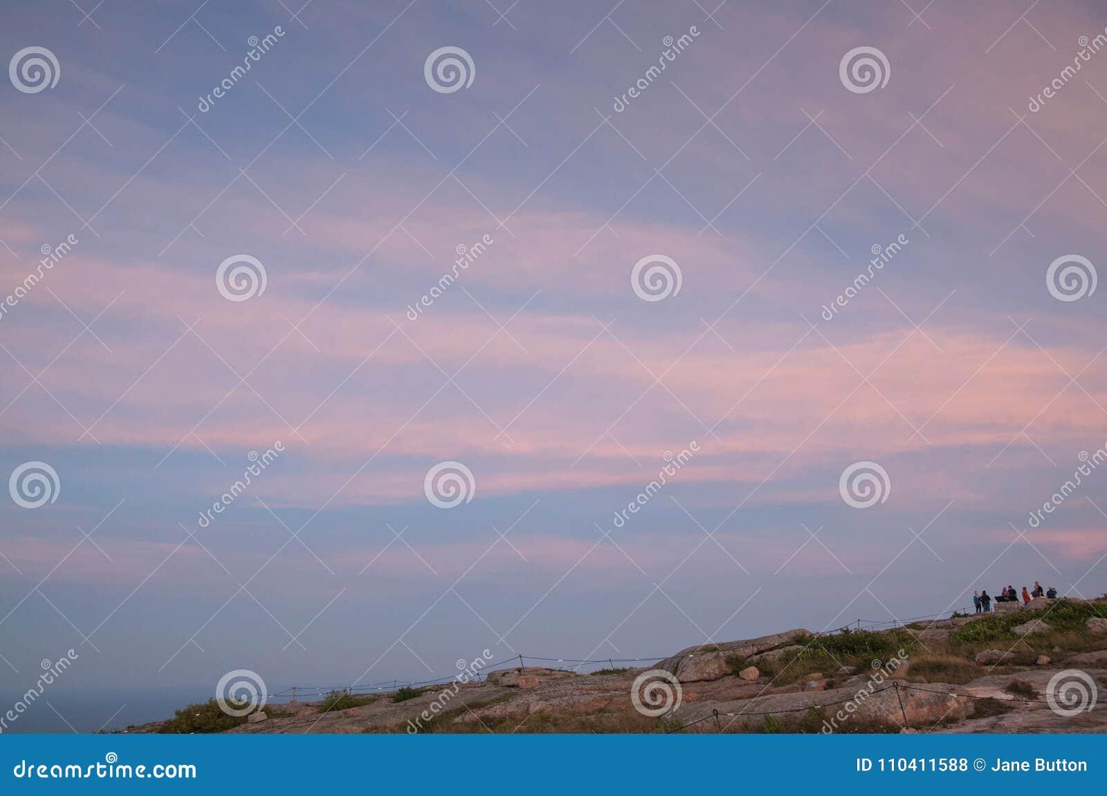 在卡迪拉克山山顶的桃红色日落在缅因