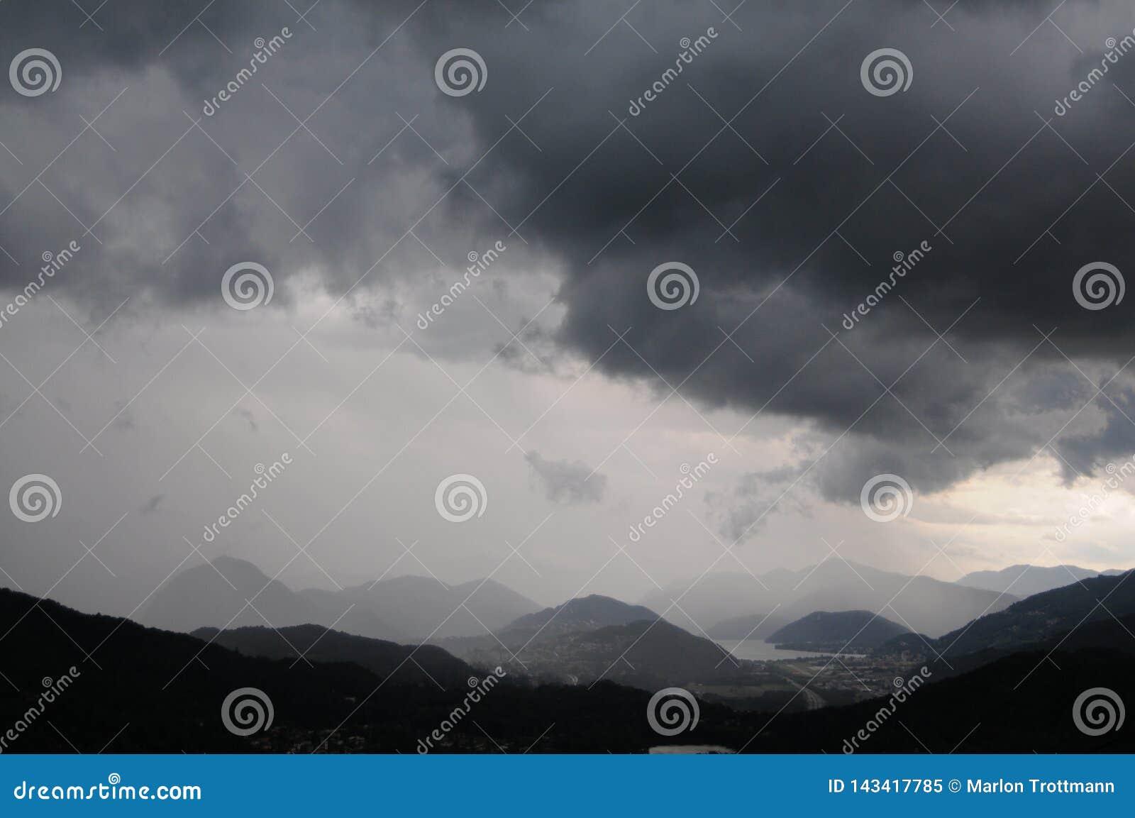 在卢加诺地区的美丽的景色在一场风暴期间在瑞士
