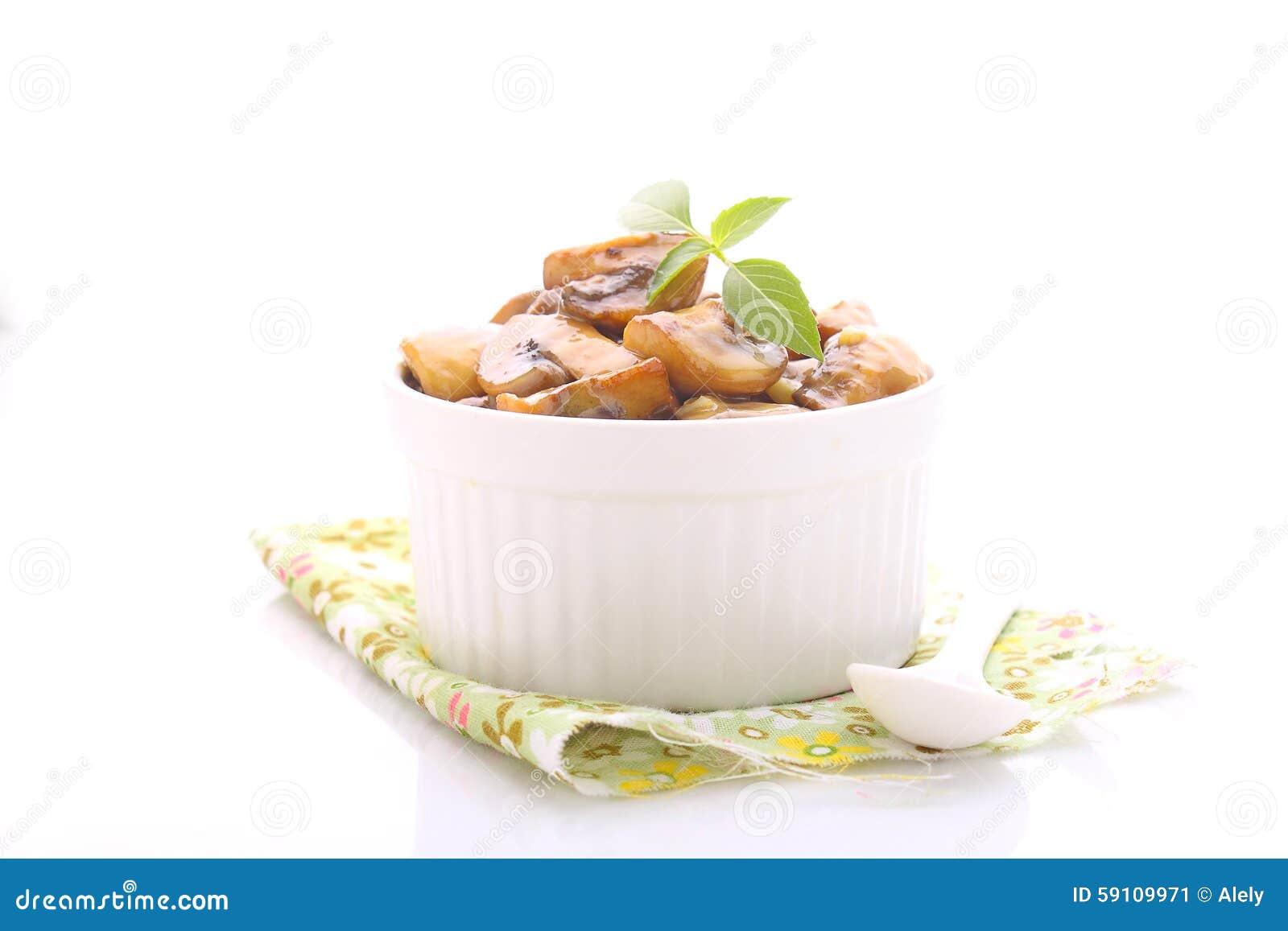 在卤汁的油煎的蘑菇