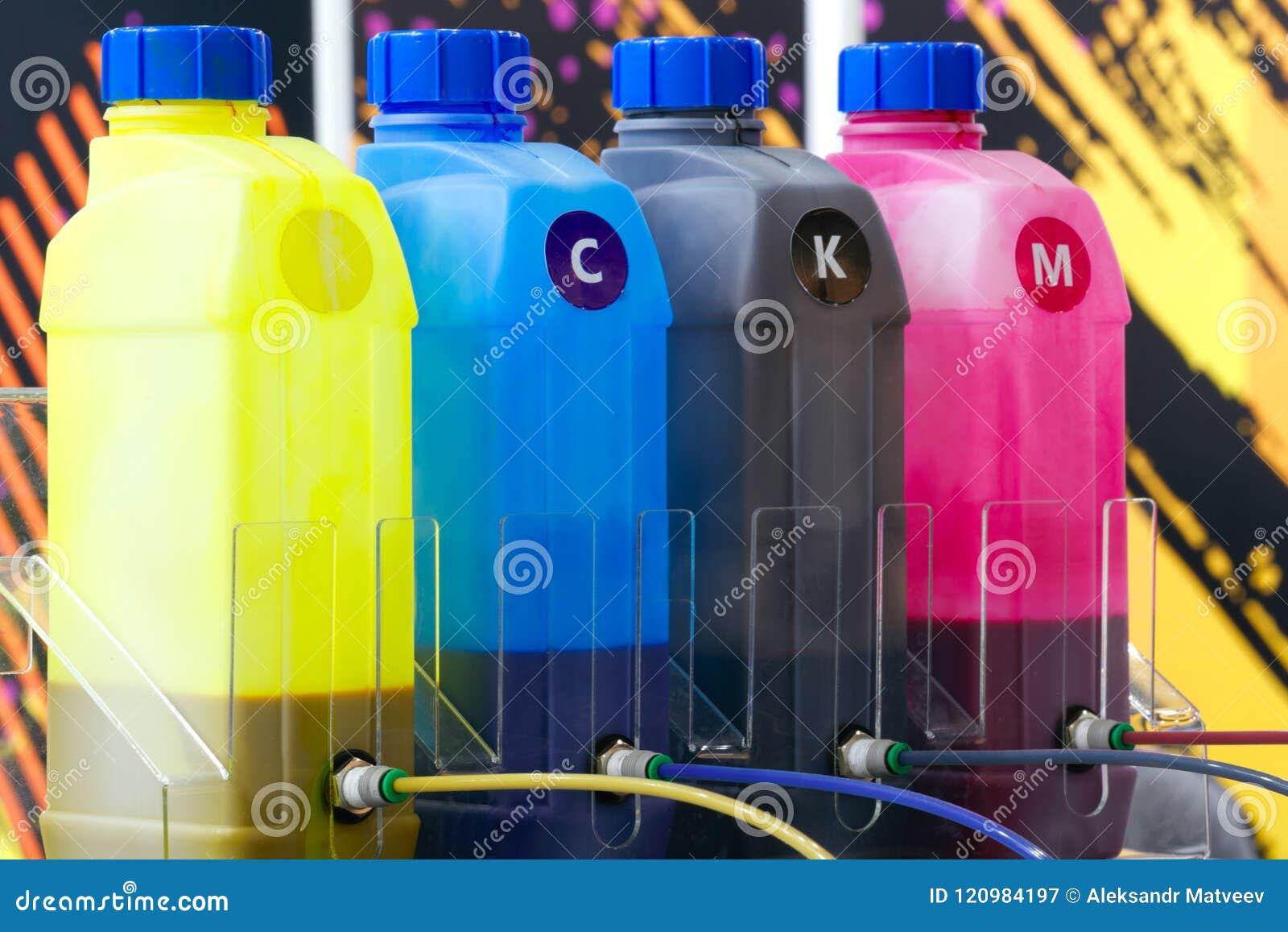 在印刷商业的工厂上色墨水坦克或大打印机机器