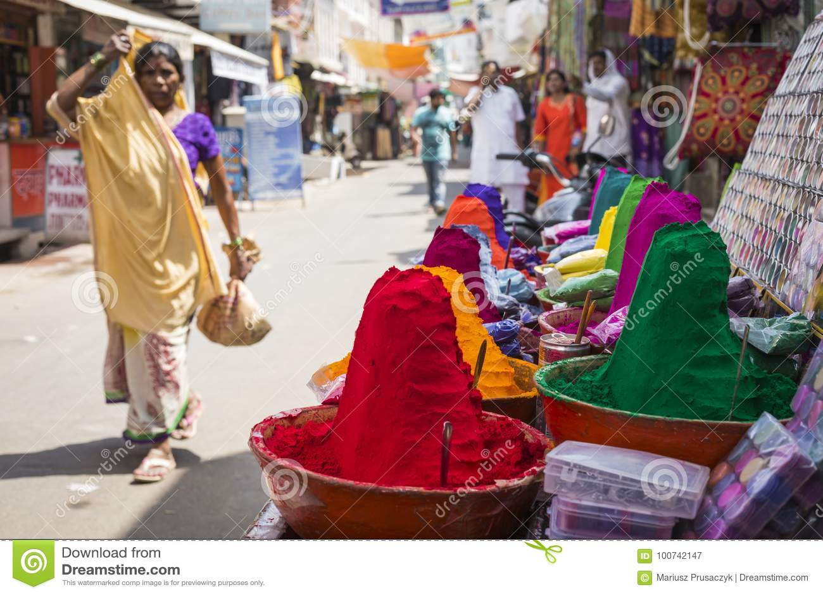 在印地安市场,印度,亚洲上的五颜六色的tika粉末