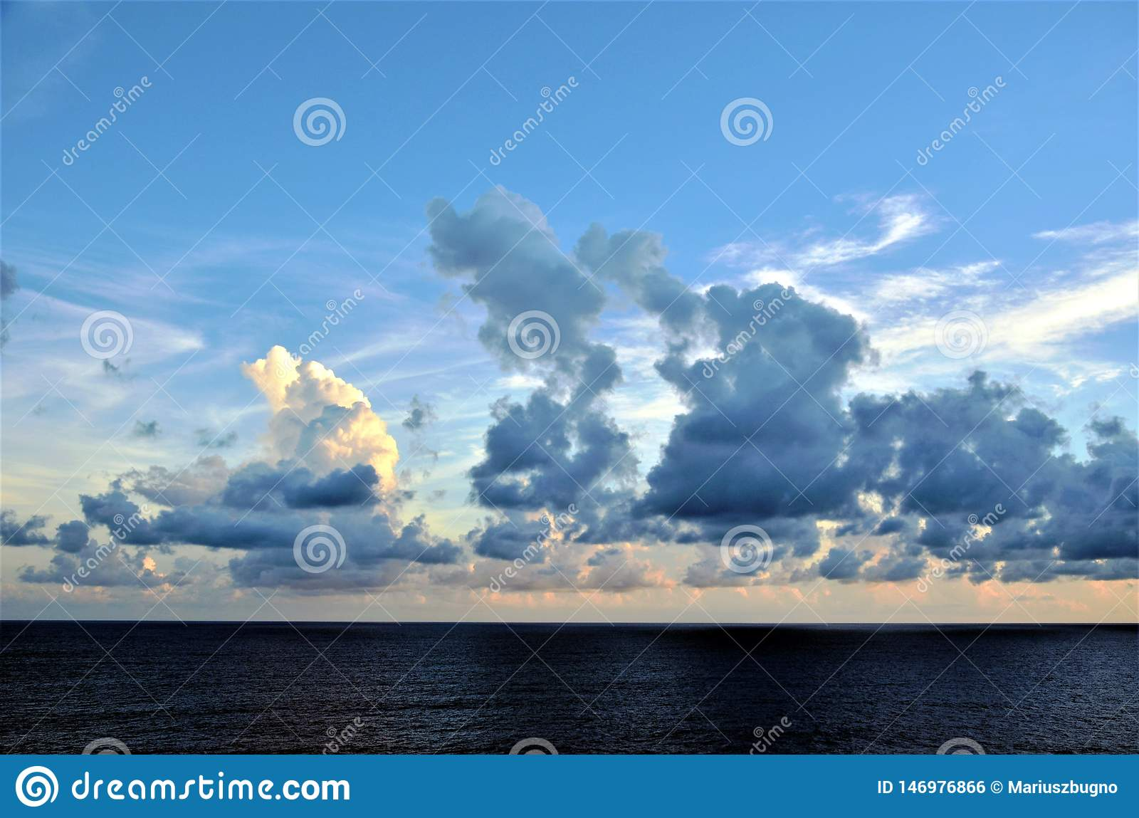 在印度洋的日落云彩