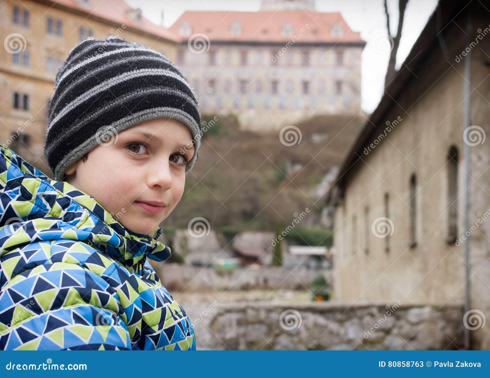 在历史城堡前面的儿童画象