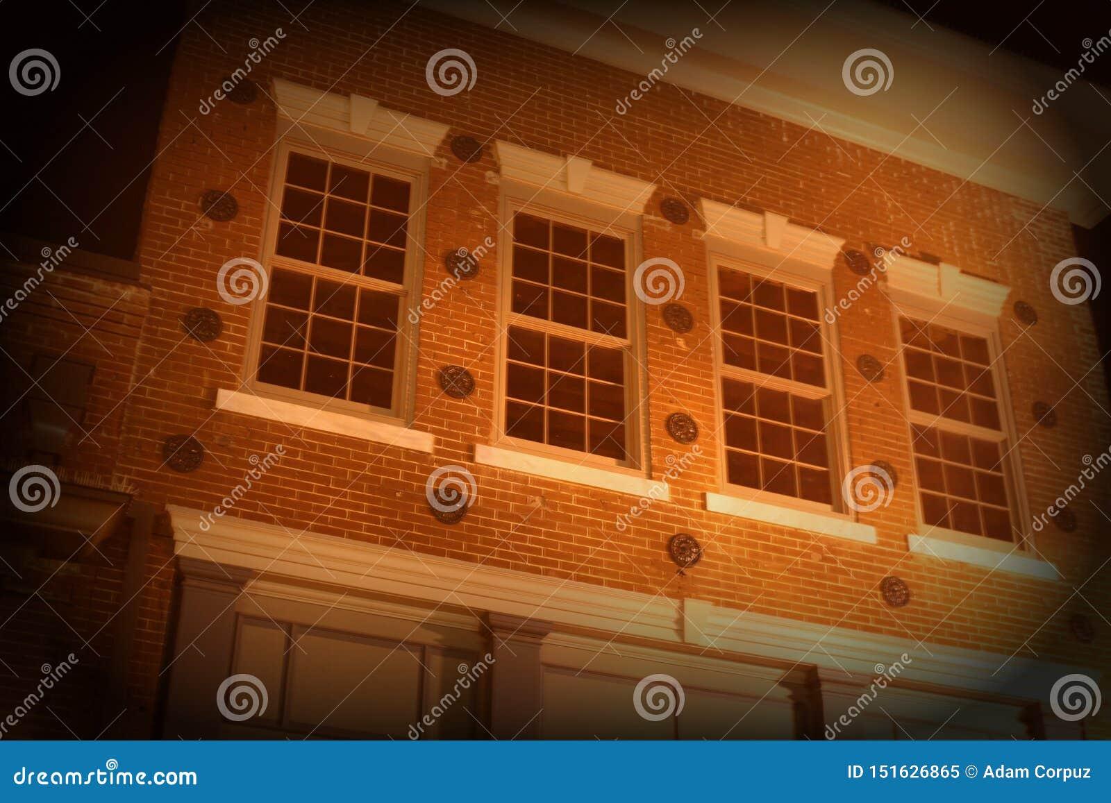 在历史砖瓦房的二楼窗口